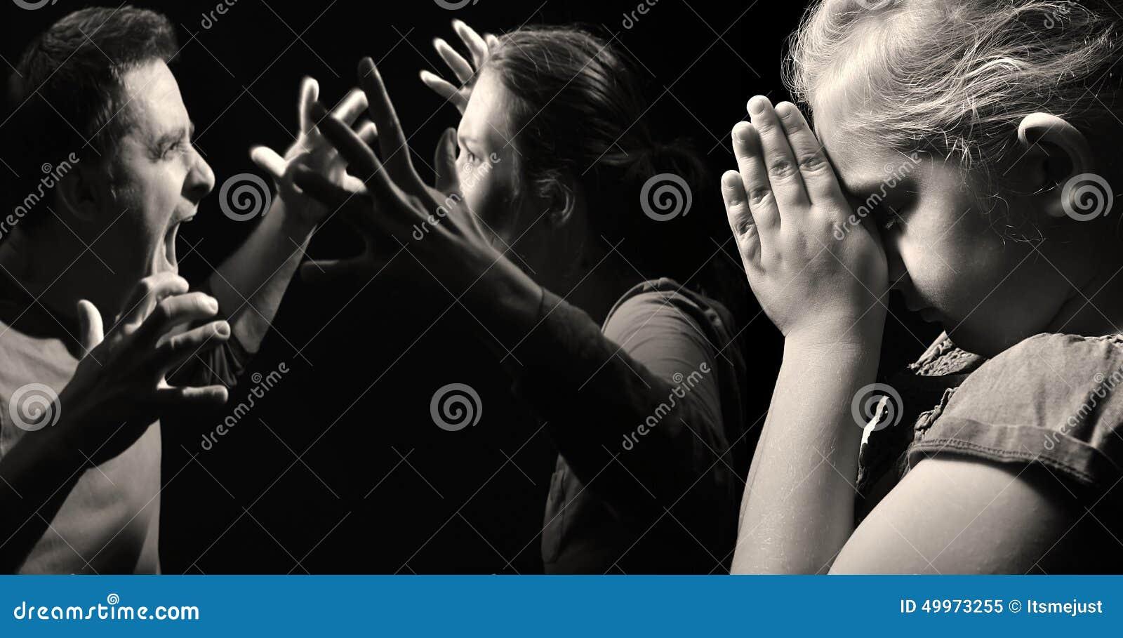 Dziecko ono modli się dla pokoju w rodzinie na tle bełt