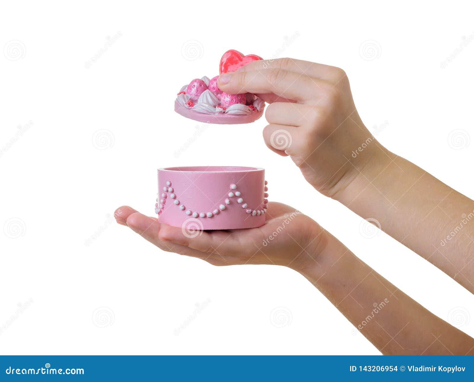 Dziecko otwiera pięknego biżuterii pudełko odizolowywającego na białym tle