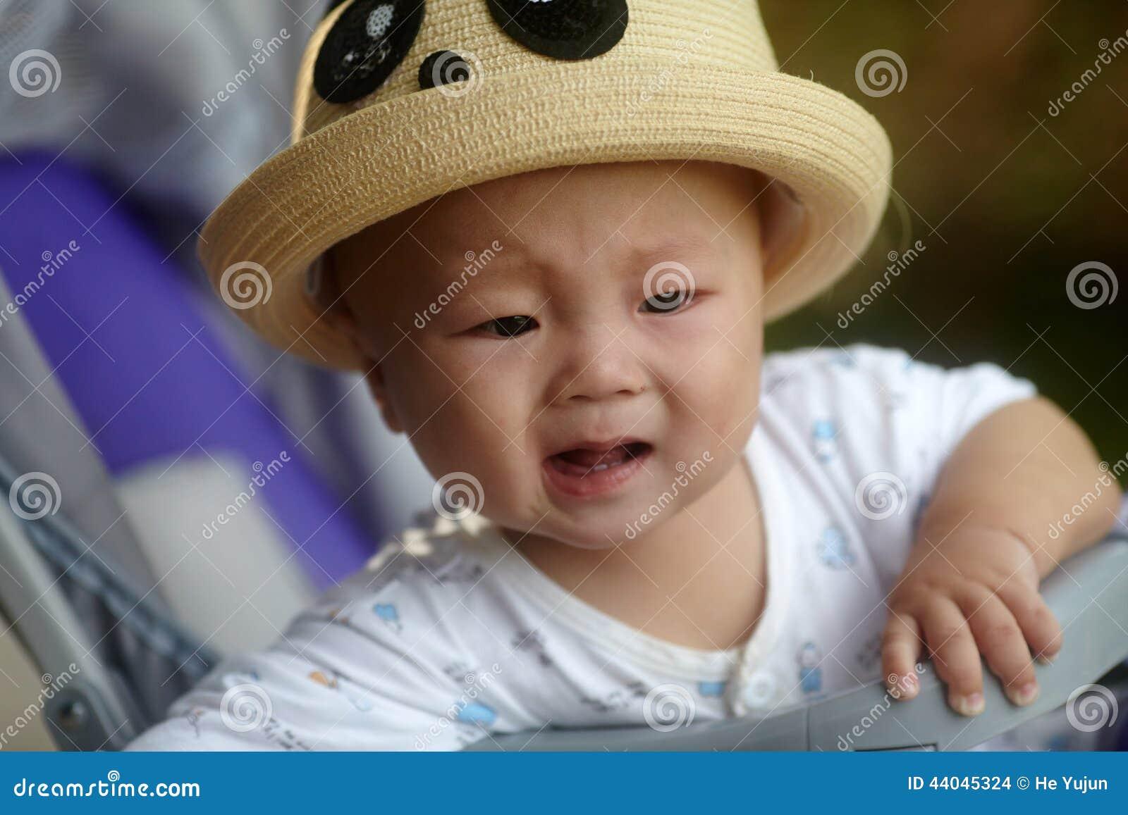 Dziecko płacz w spacerowiczu