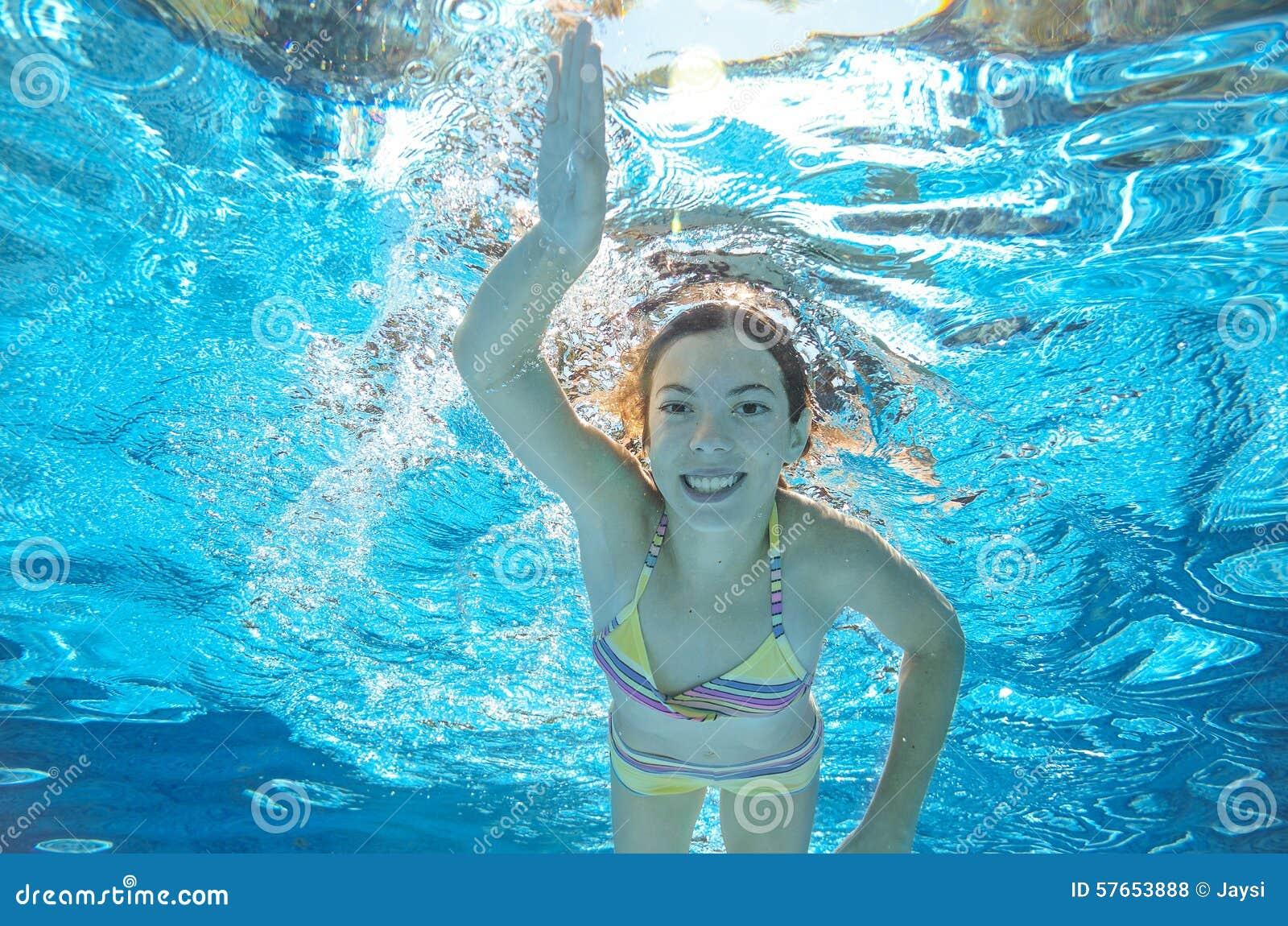 Dziecko pływa w basenie podwodnym, dziewczyna zabawę w wodzie