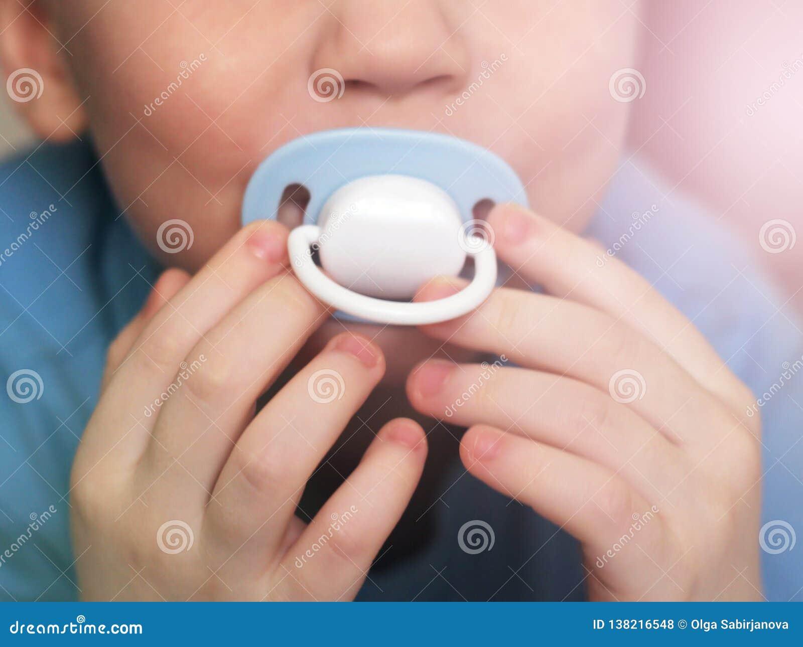 Dziecko pacyfikator w usta