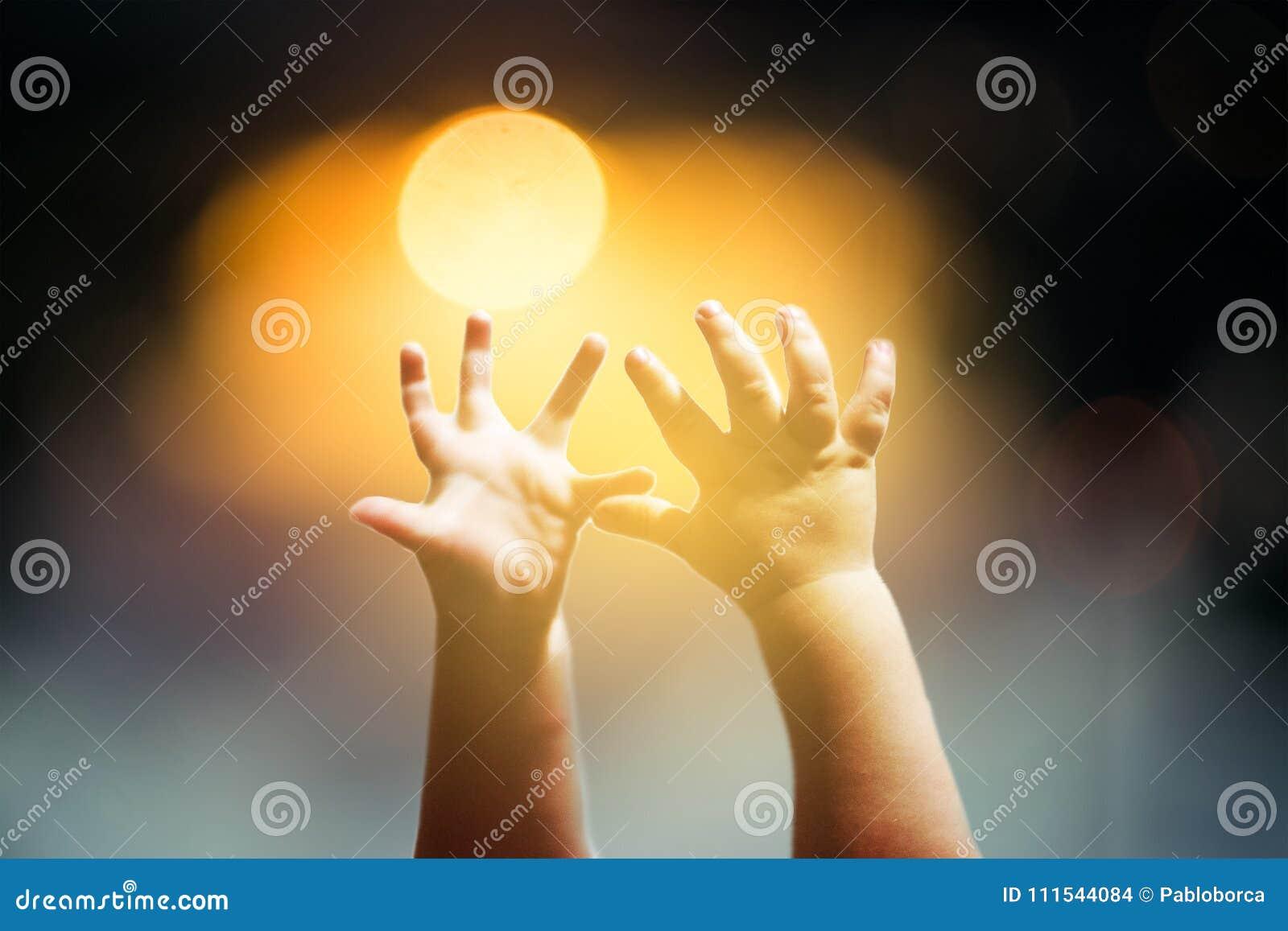 Dziecko ręki podnosić