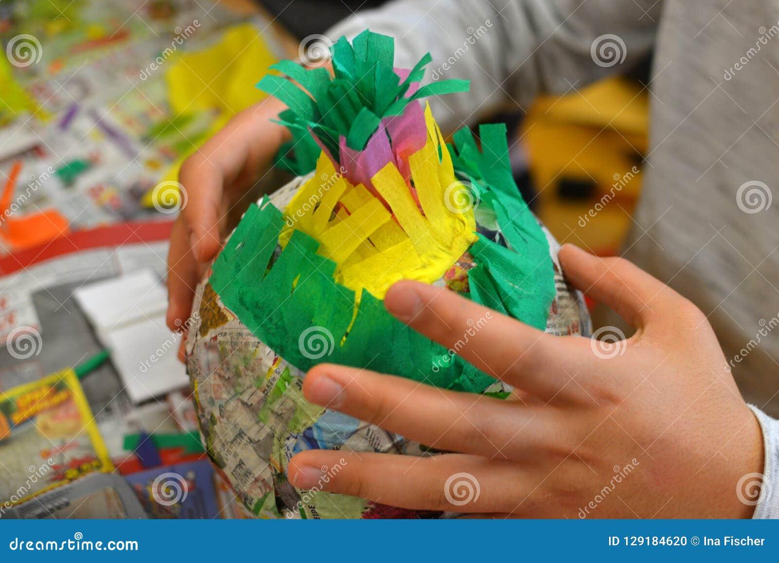 Dziecko ręki robią pinata