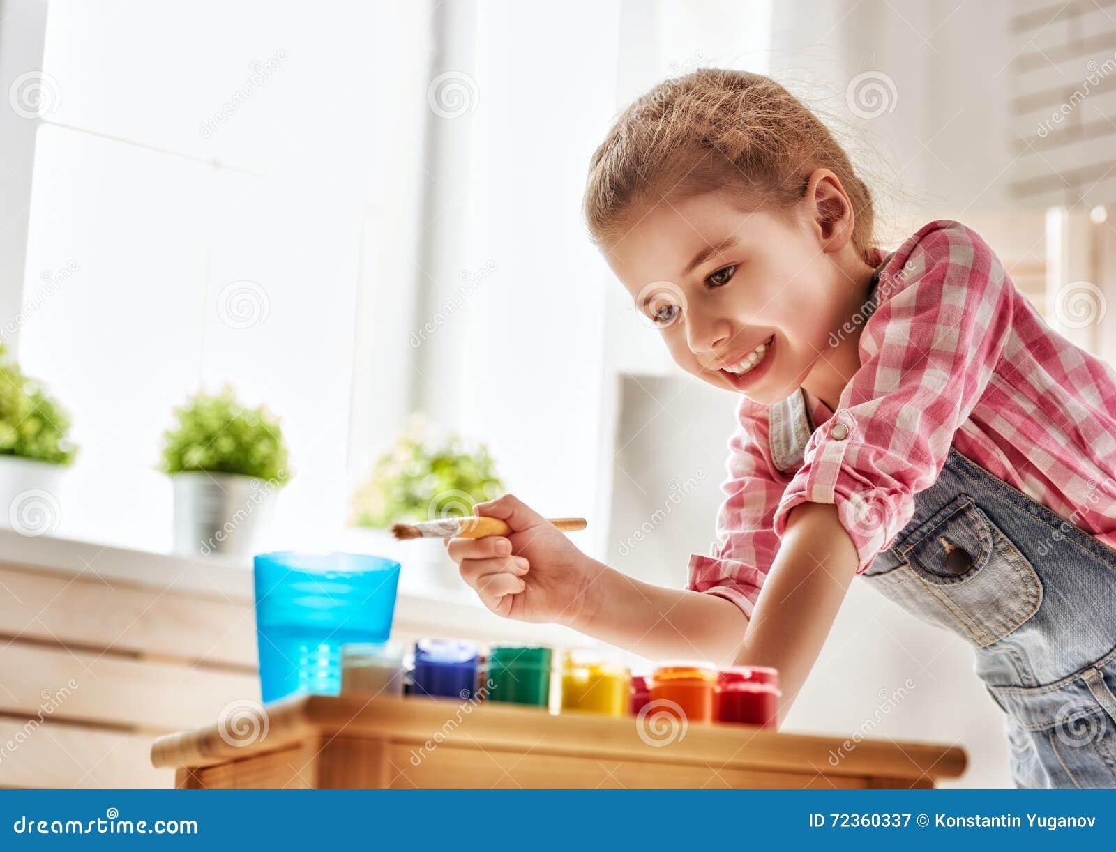 Dziecko rysuje farby