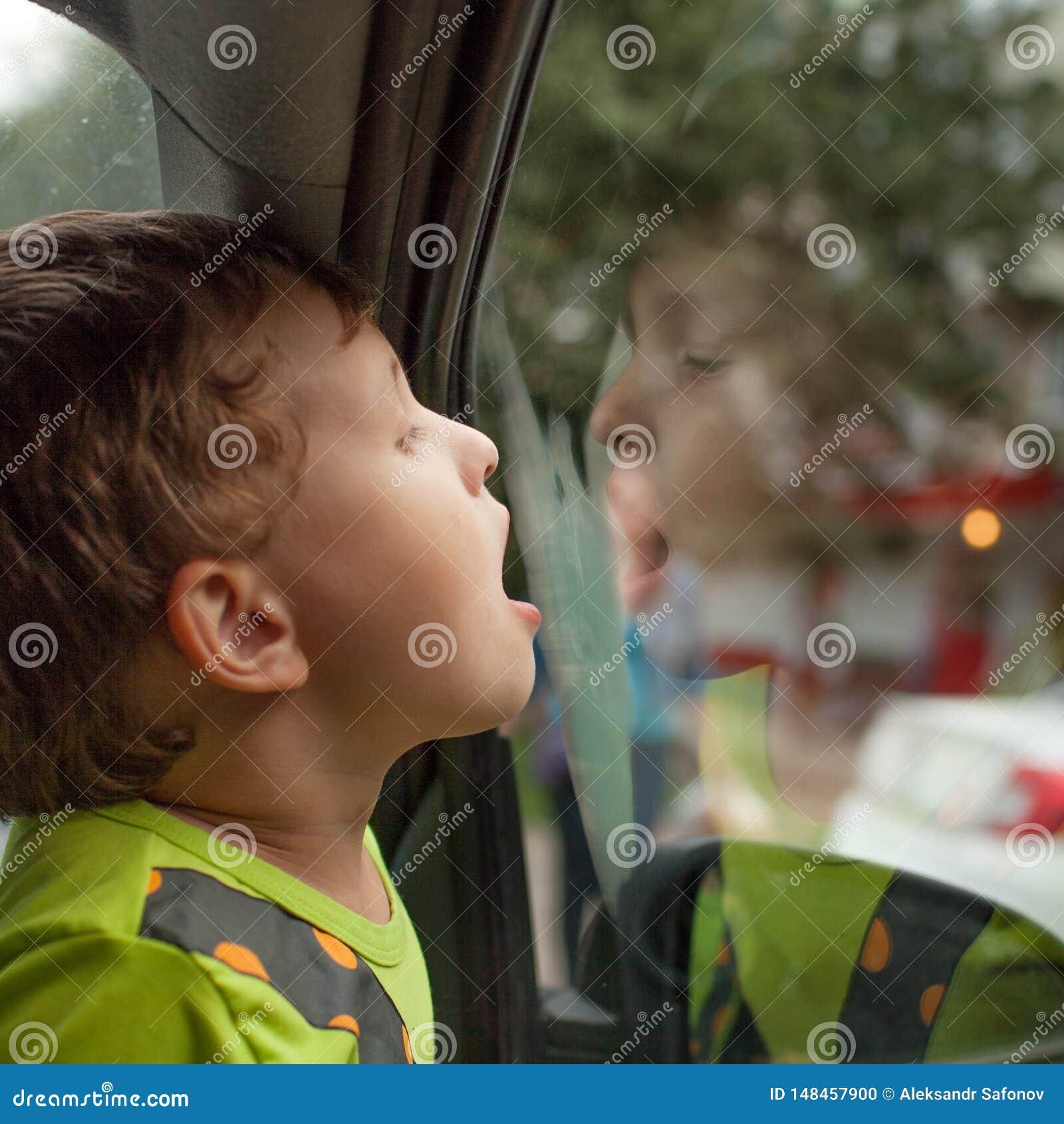 Dziecko siedzi w samochodzie samotnie