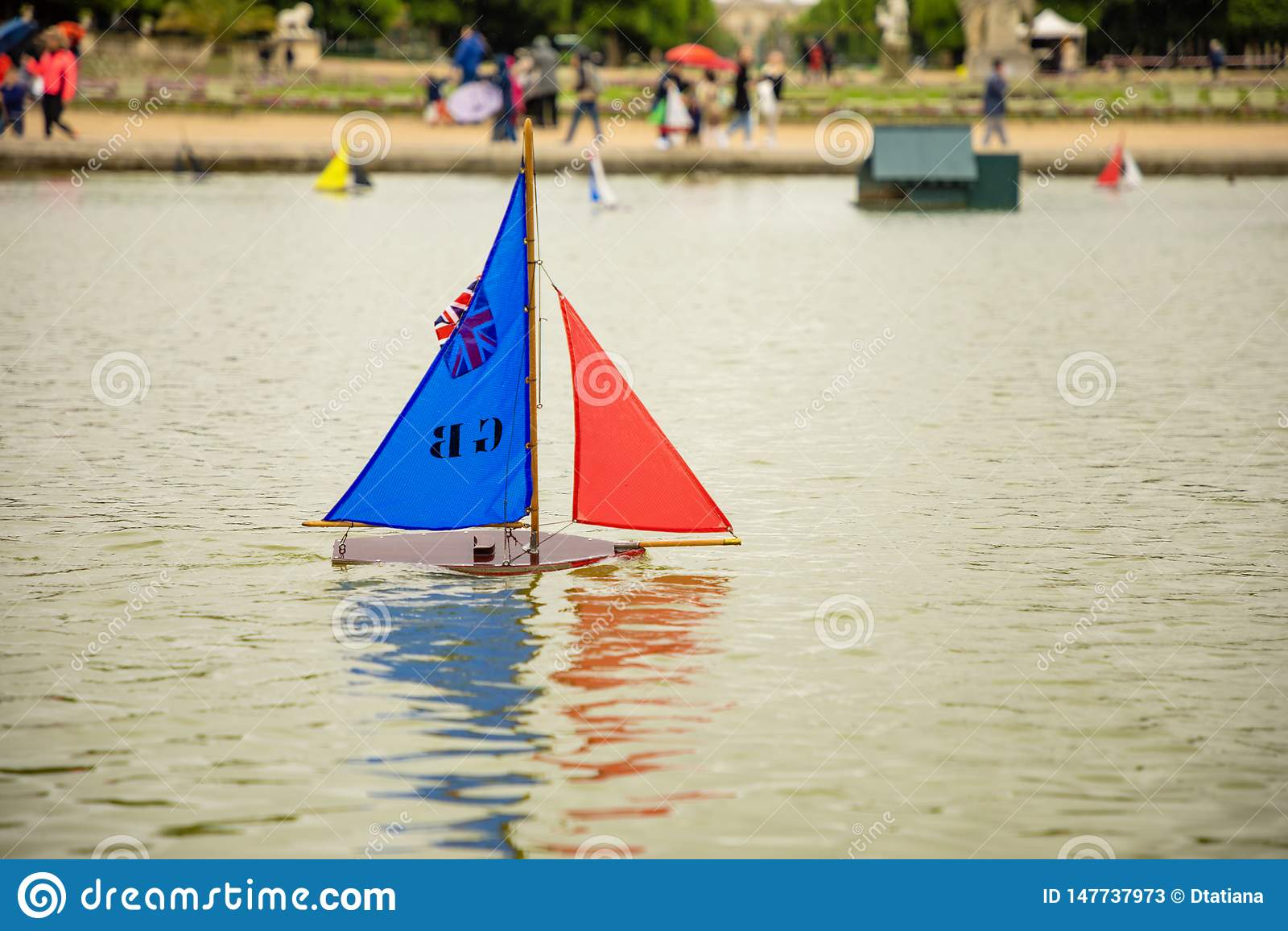 Dziecko statki w fontannie blisko Luksemburg pa?ac w Luksemburg Uprawiaj? ogr?dek w Pary?, Francja