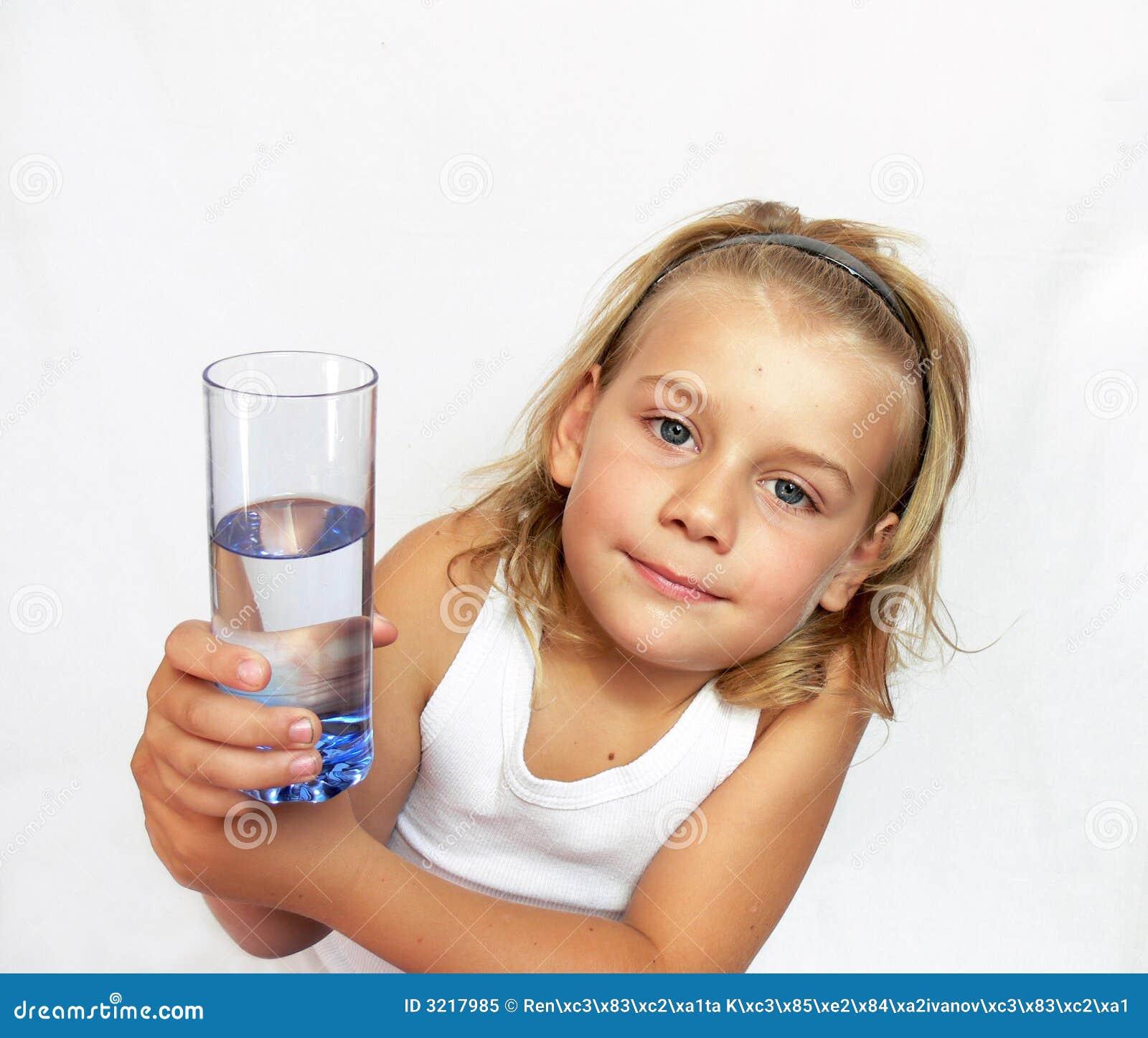 Dziecko szklanek wody