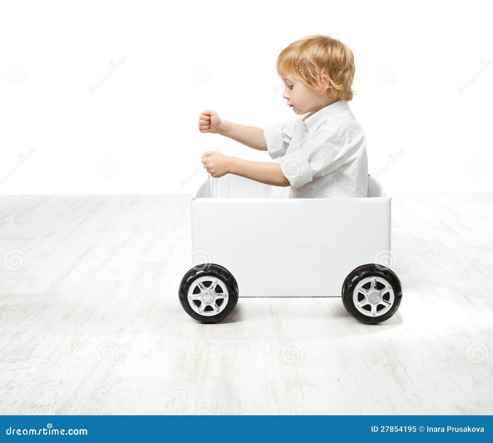 Dziecko target298_1_ zabawkarskiego pudełkowatego samochód.