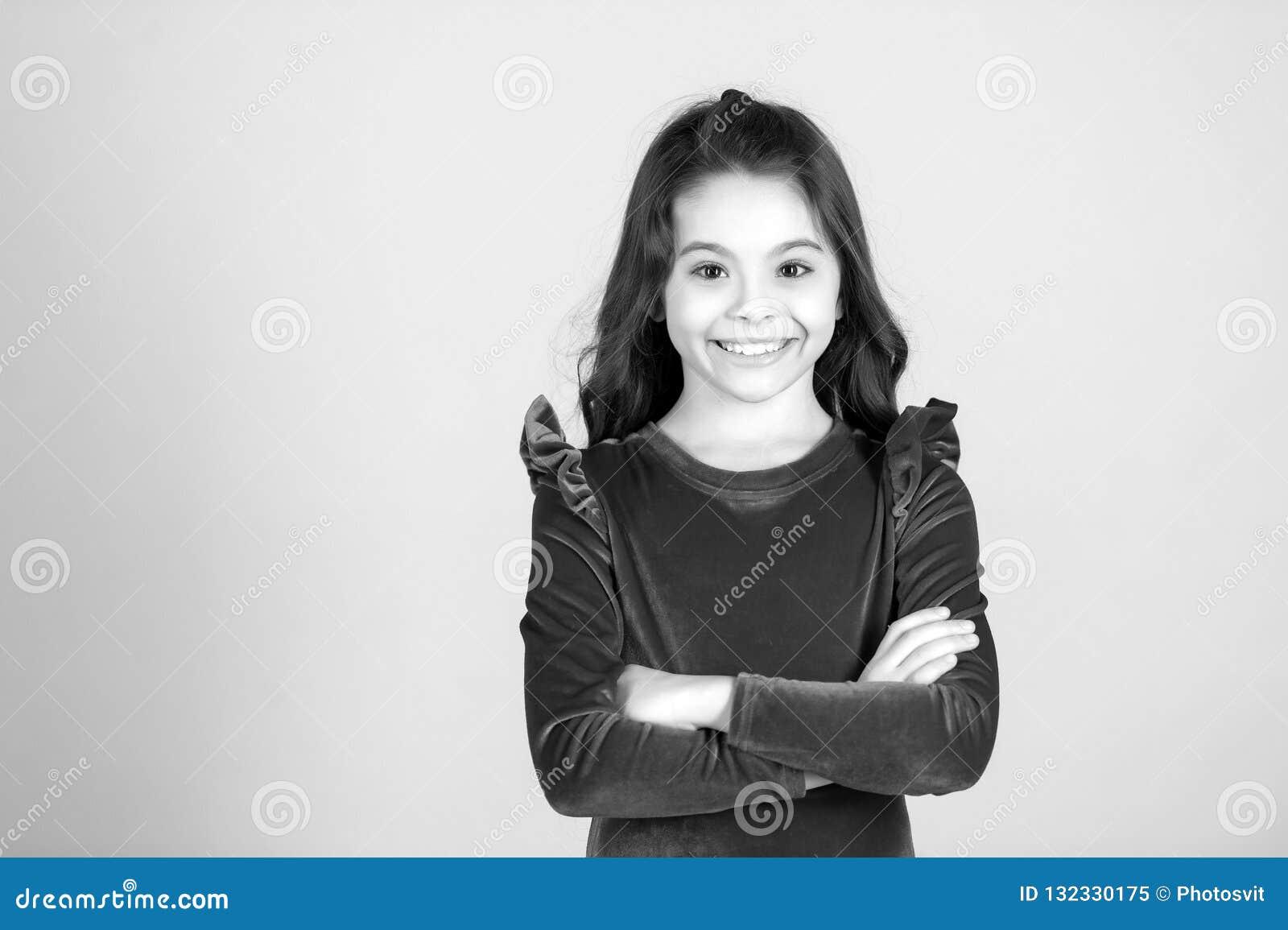 Dziecko uśmiech w czerwieni sukni, moda czarny i biały szczęśliwa mała dziewczynka