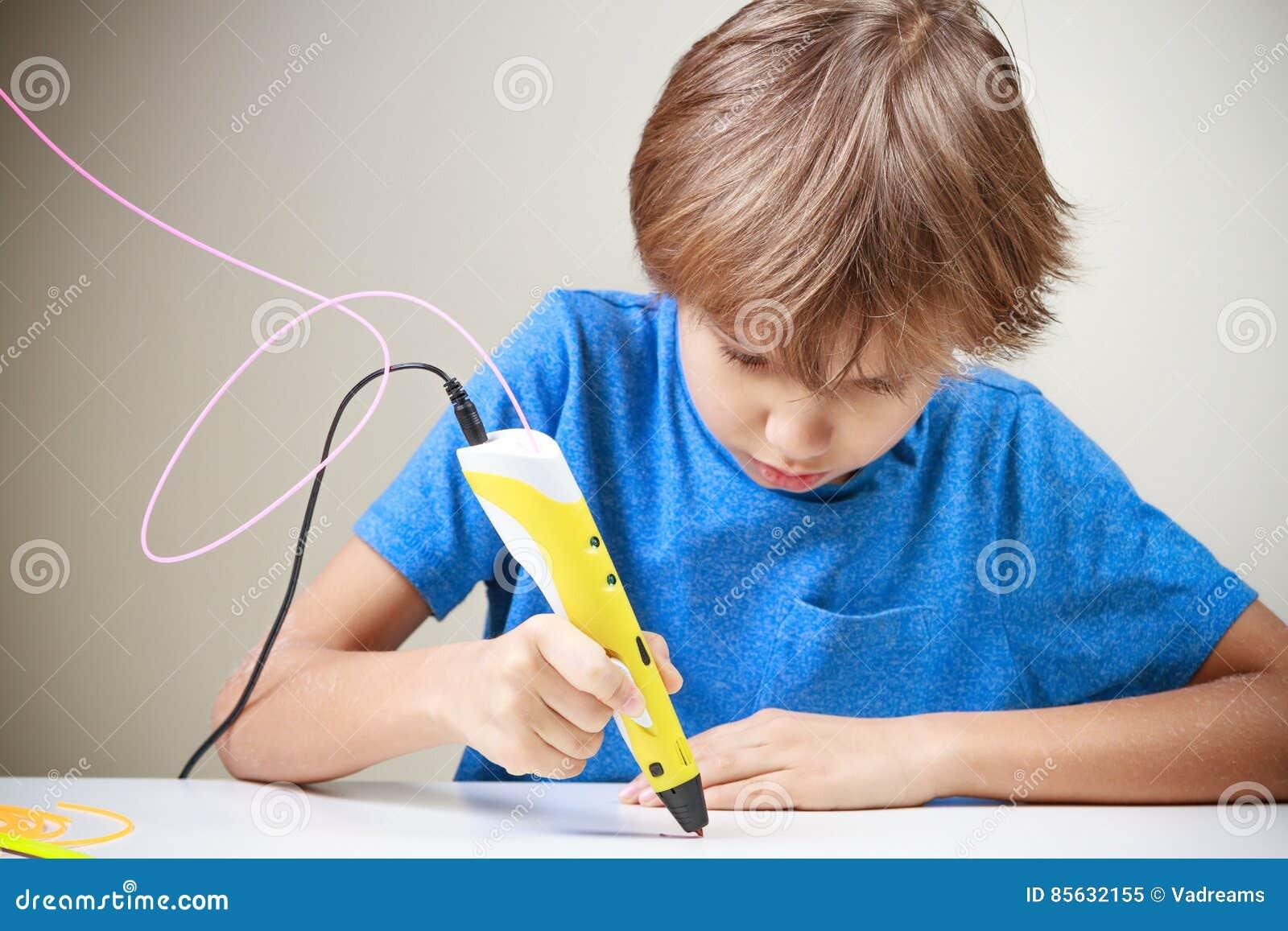 Dziecko używa 3D druku pióro Chłopiec robi nowej rzeczy Kreatywnie, technologia, czas wolny, edukaci pojęcie