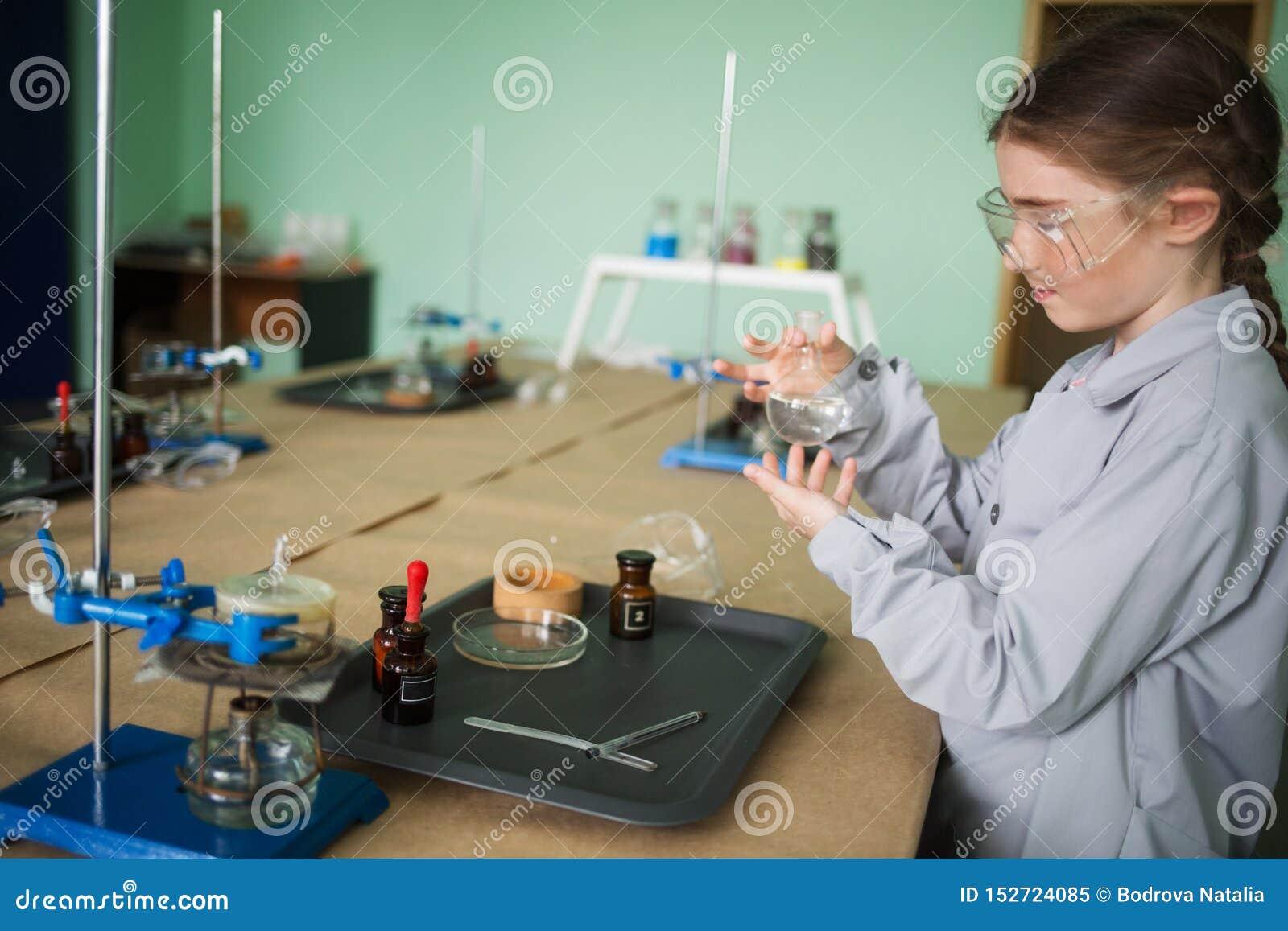 Dziecko uczeń w chemia pokoju ekscytować eksperymenty i doświadczenia dla dzieci