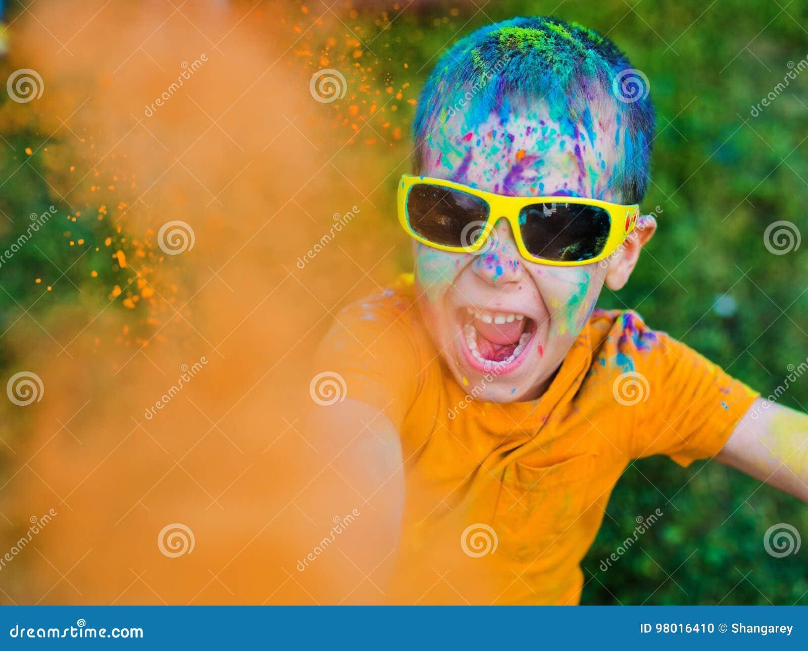 Dziecko w szkło rzutów farby holi