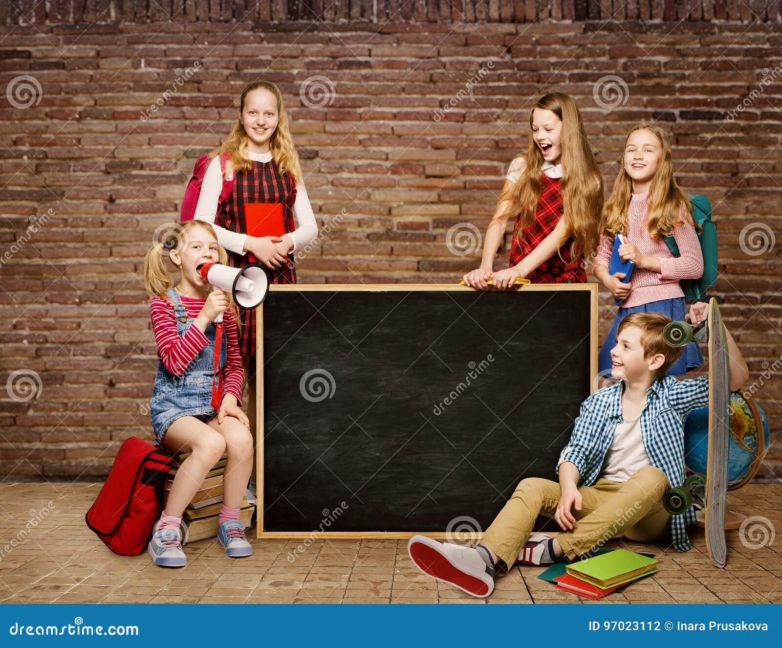Dziecko W Wieku Szkolnym Grupują wokoło Blackboard, dzieciaków ucznie, chłopiec dziewczyna