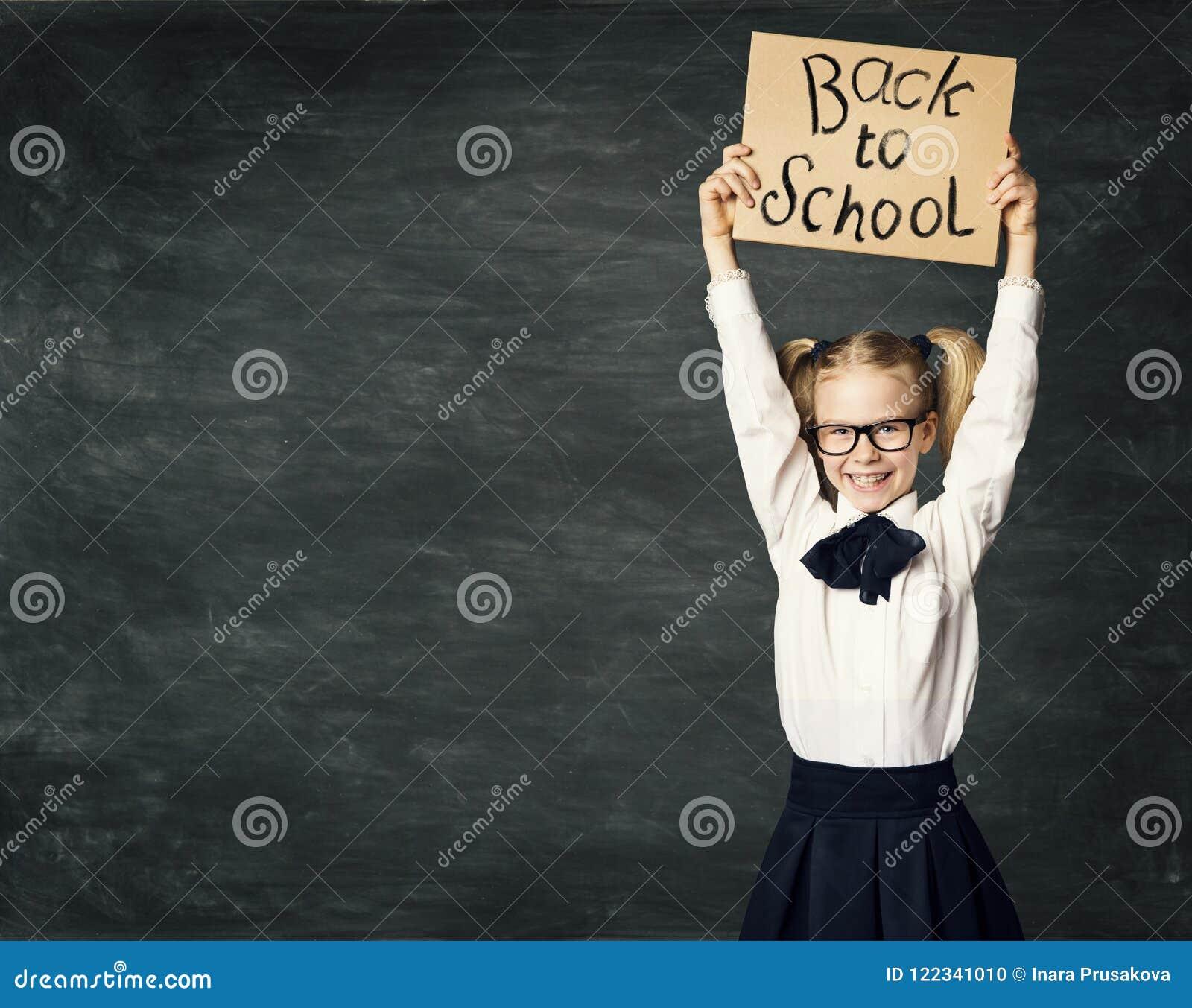 Dziecko W Wieku Szkolnym nad Blackboard tłem, dziewczyna Reklamuje deskę