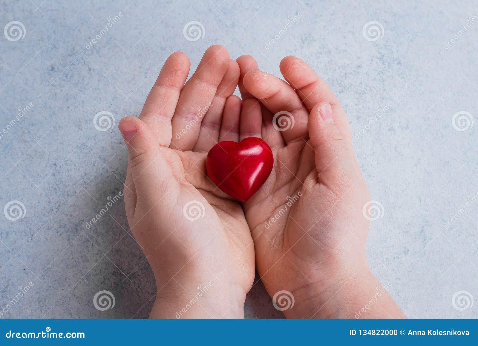 Dziecko wręcza mienie czerwieni serce Grępluje dla valentines dnia Światowy kierowy dzień, światowych zdrowie dzień, opieka zdrow