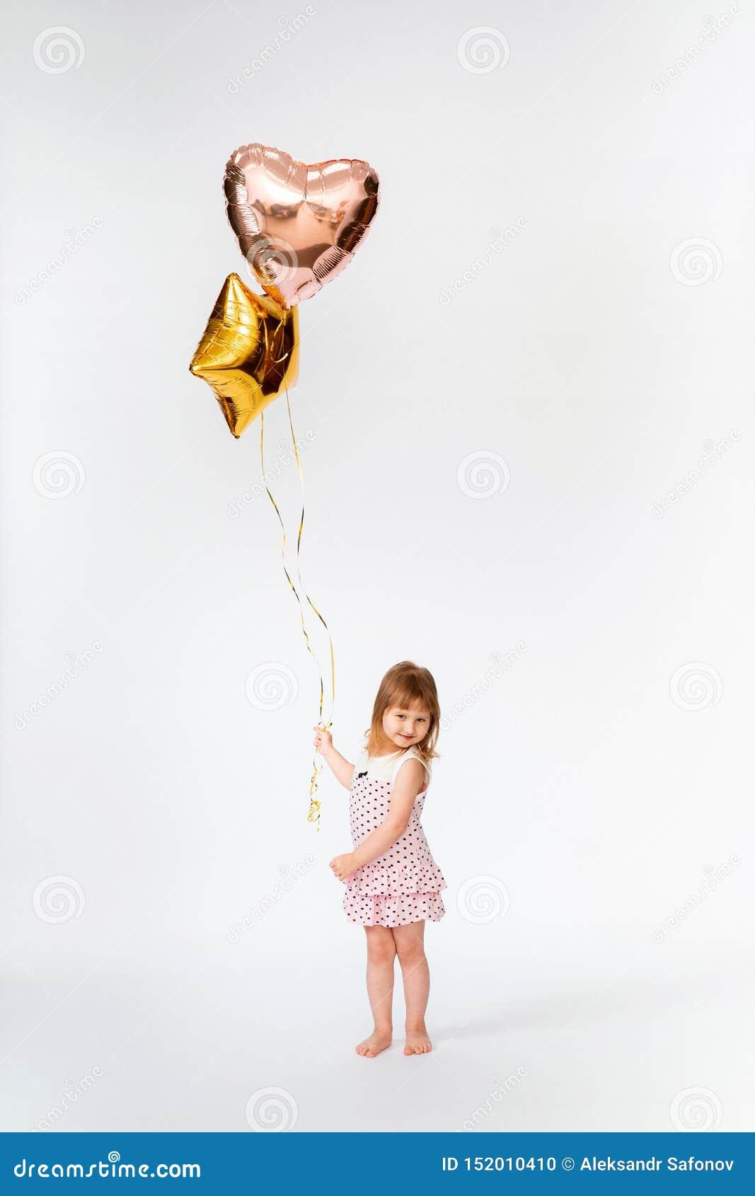 Dziecko z serce kształtującymi balonami