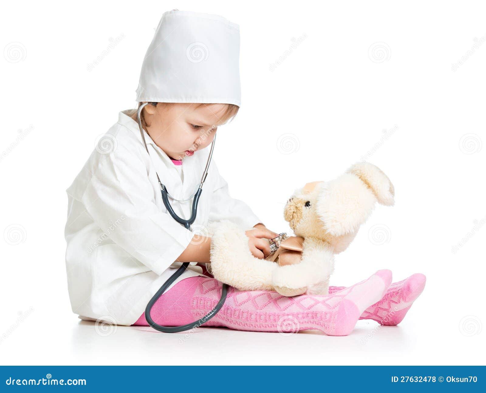 Dziecko z ubraniami doktorska egzamininuje zając zabawka