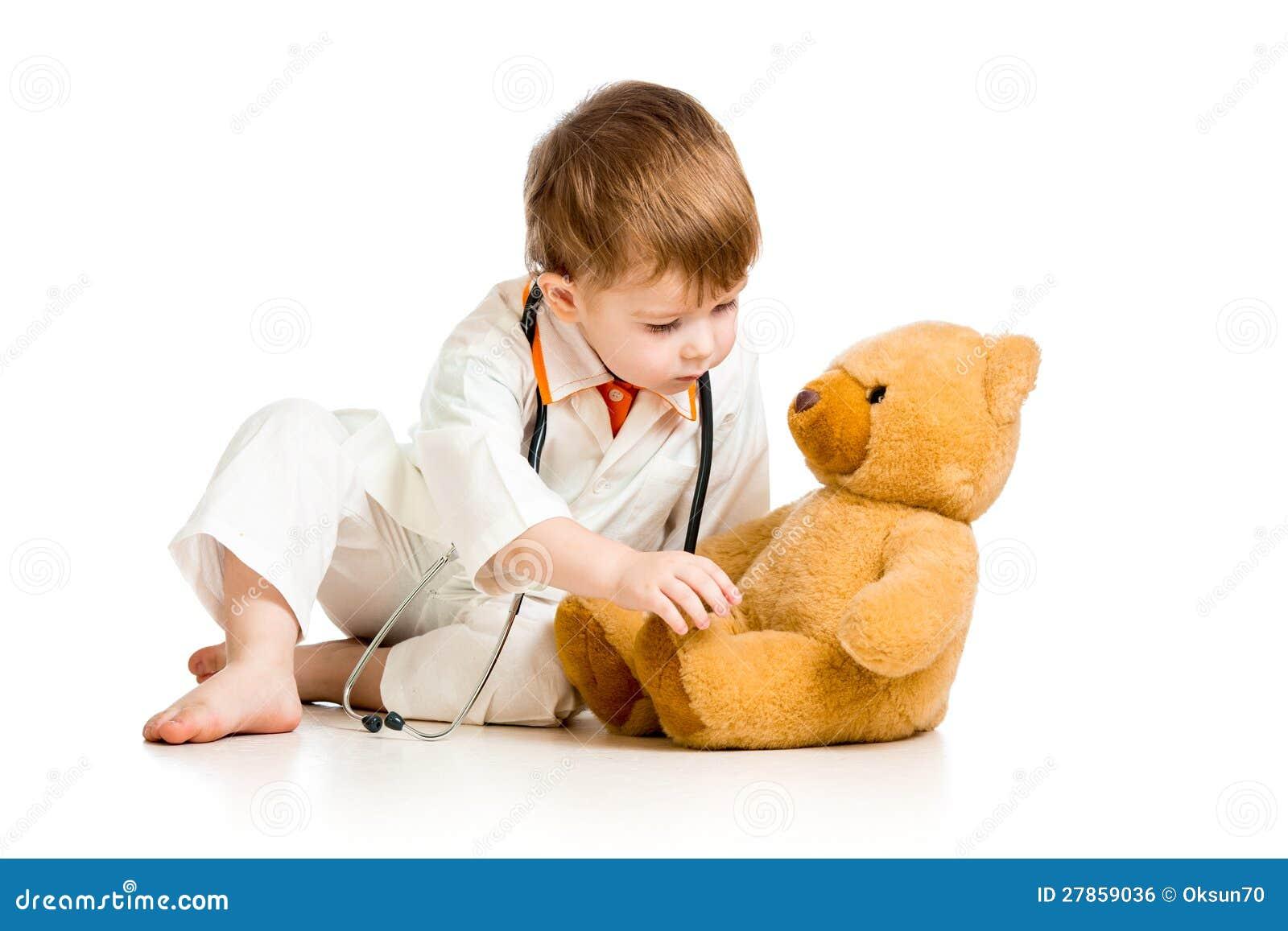 Dziecko z ubraniami lekarka i miś