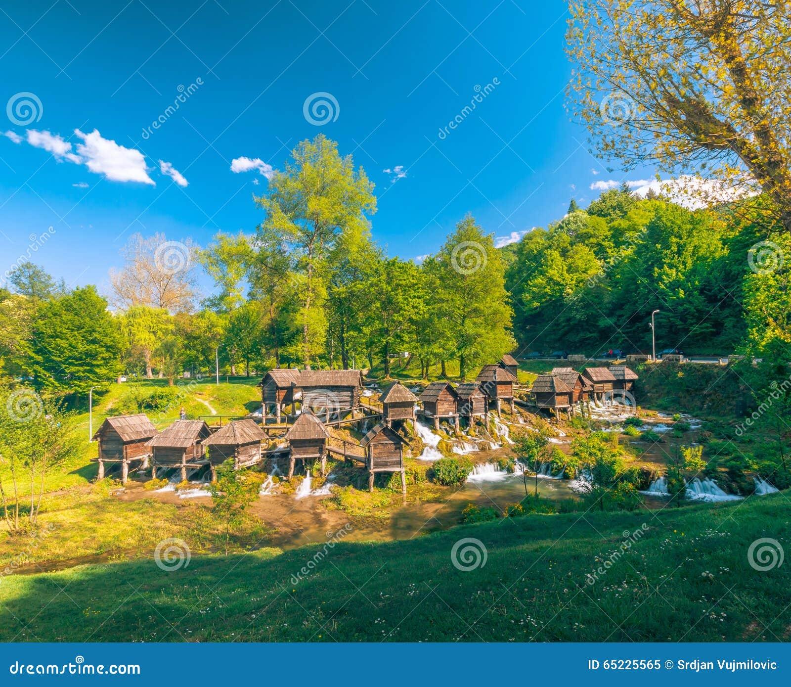 Dziejowi drewniani watermills na Pliva jeziorach wokoło Jajce z piękną naturą wokoło go