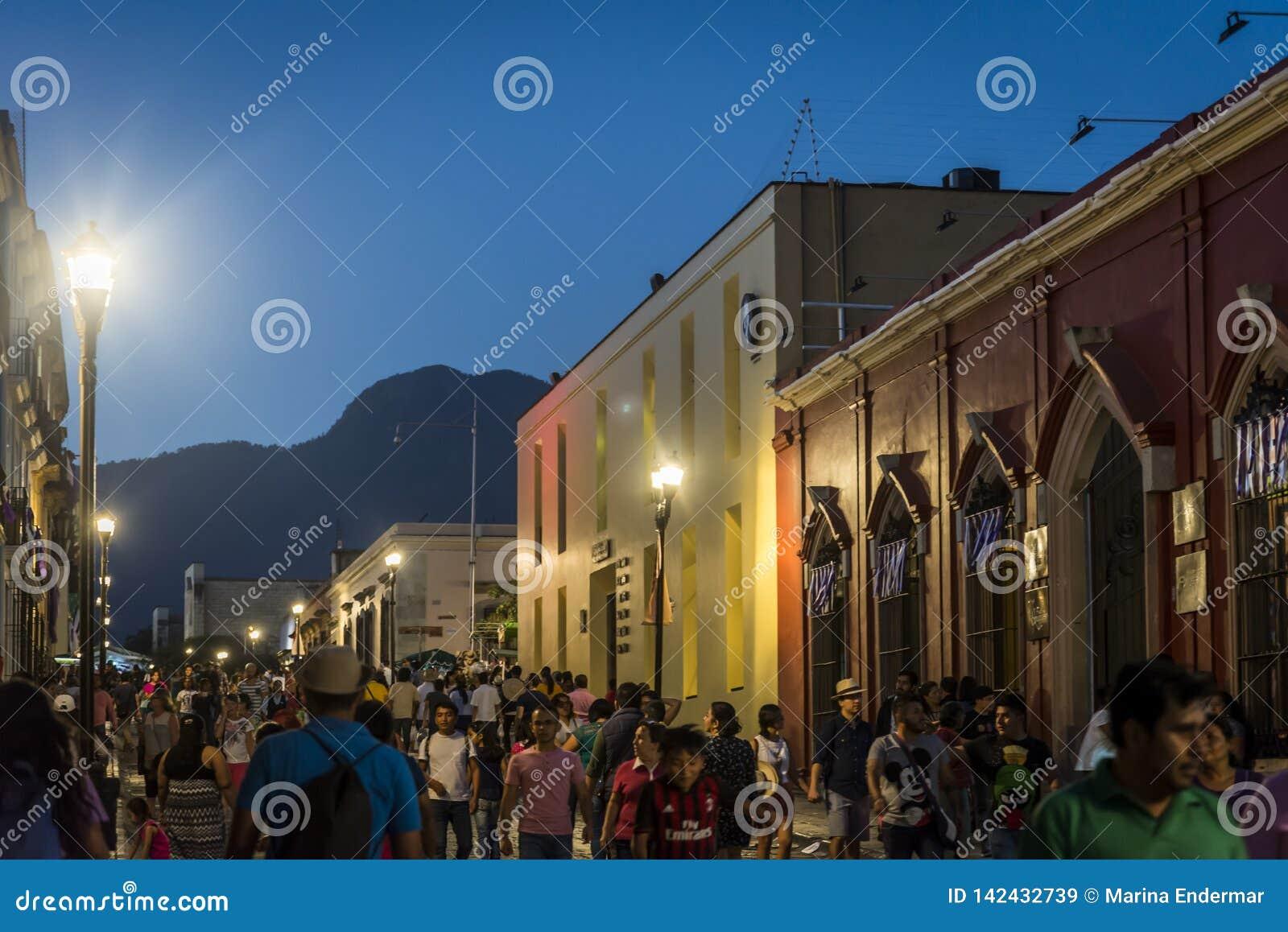 Dziejowy centrum miasta przy nocą, Oaxaca, Meksyk