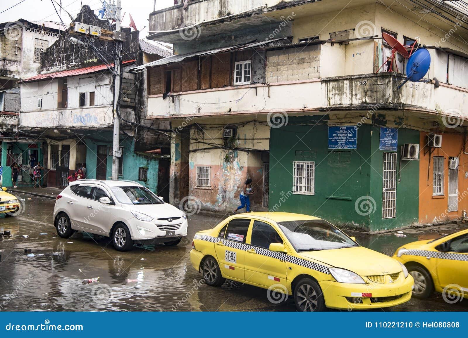 Dziennik zalewał ulicy po tropikalnego deszczu w Okrężnicowym Panama