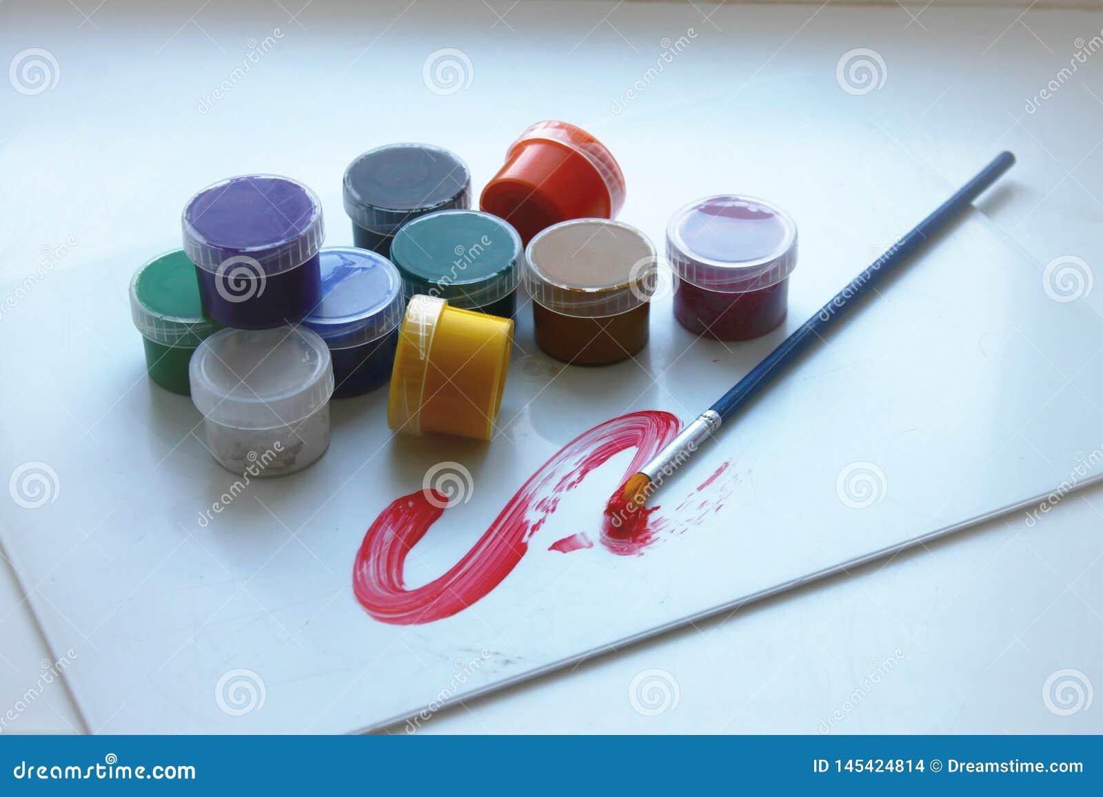 Dziesięć kolorów w farb puszkach i jeden muśnięciu