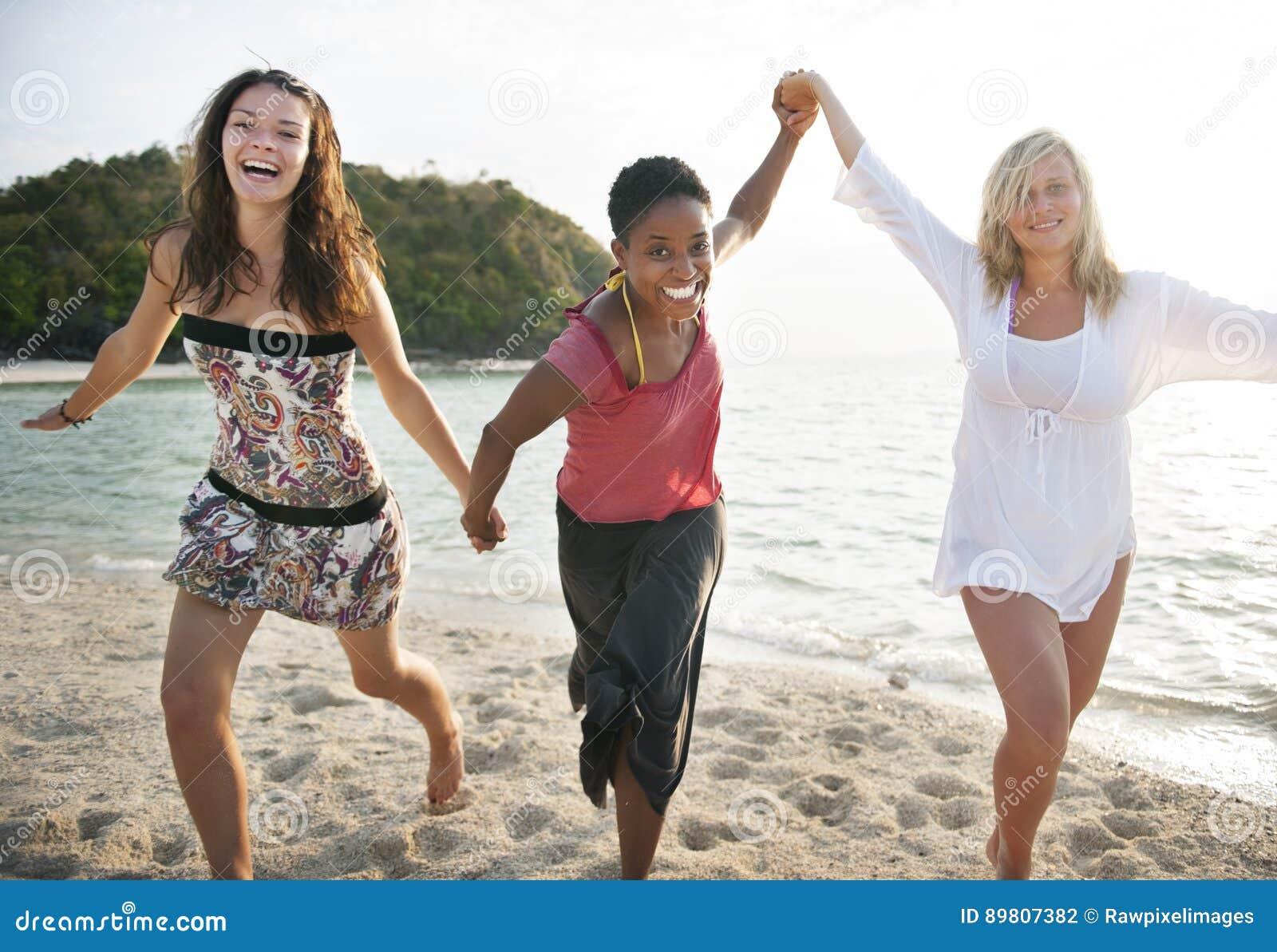 Dziewczyn kobiet zabawy przyjemności czasu wolnego Plażowy pojęcie