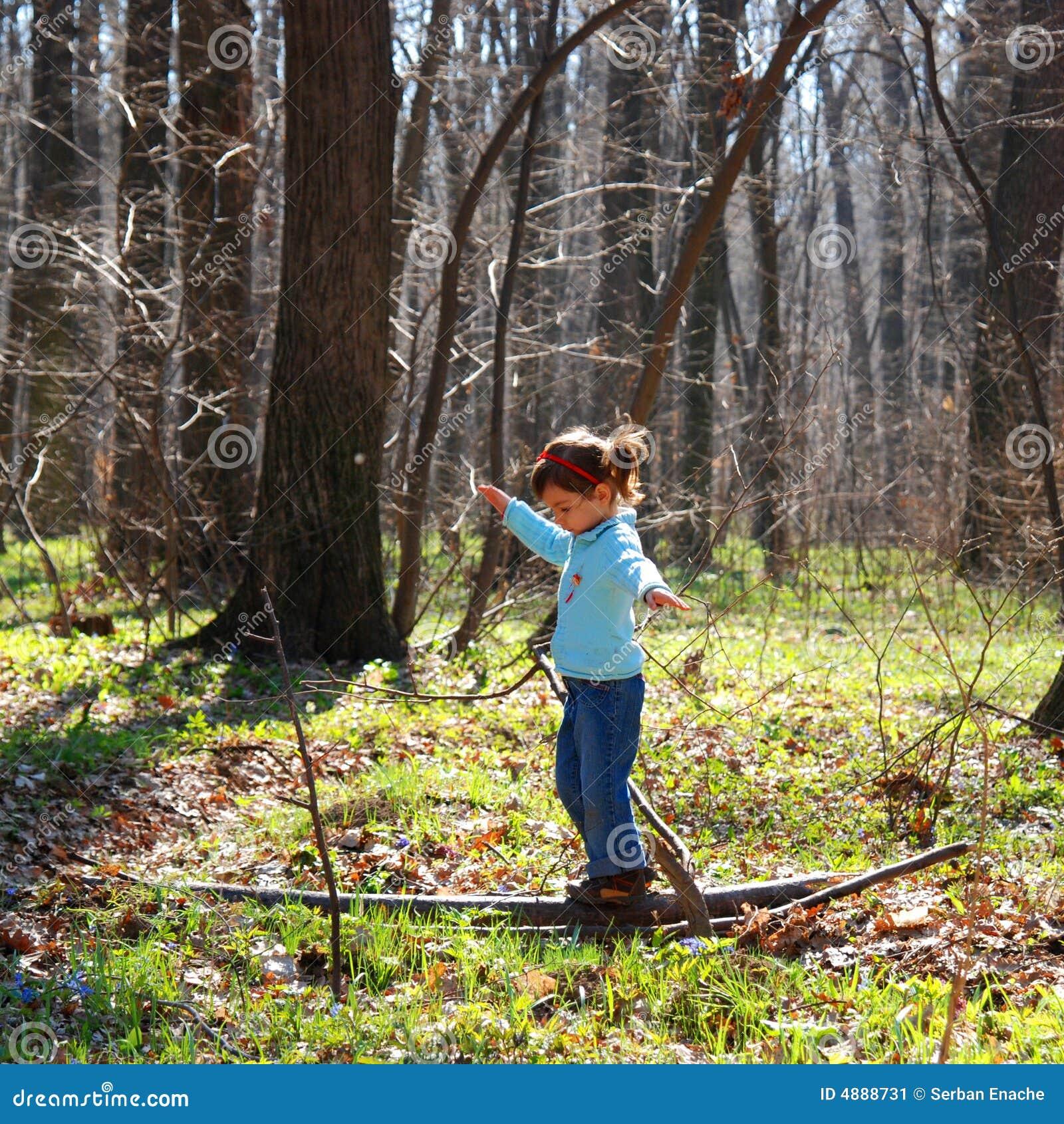 Dziewczyn mali grało lasu