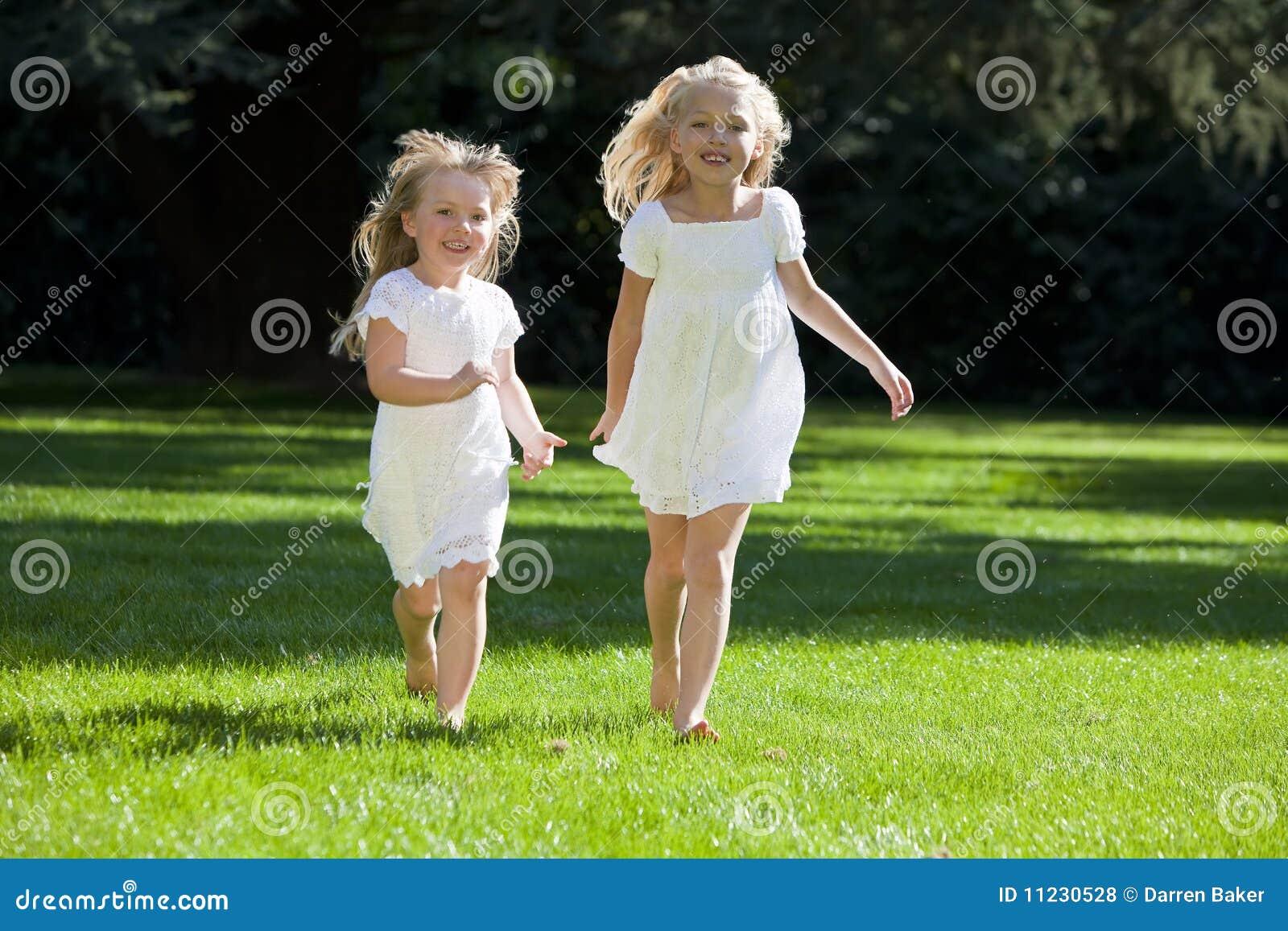 Dziewczyn zieleni parka ładni bieg dwa potomstwa