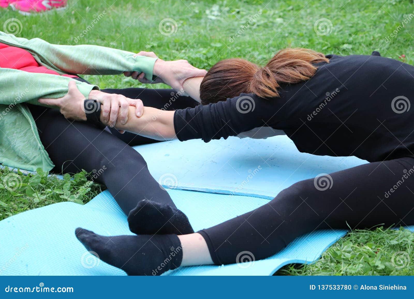 Dziewczyna angażuje w natury joga Pary joga lub acro joga