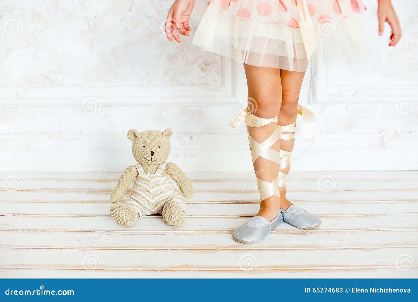 Dziewczyna balerina z misiem