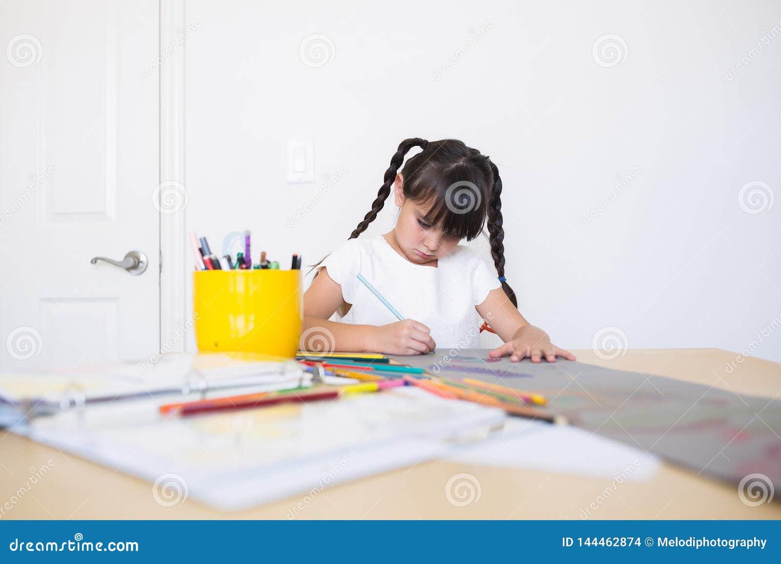 Dziewczyna barwi sztuki pracę