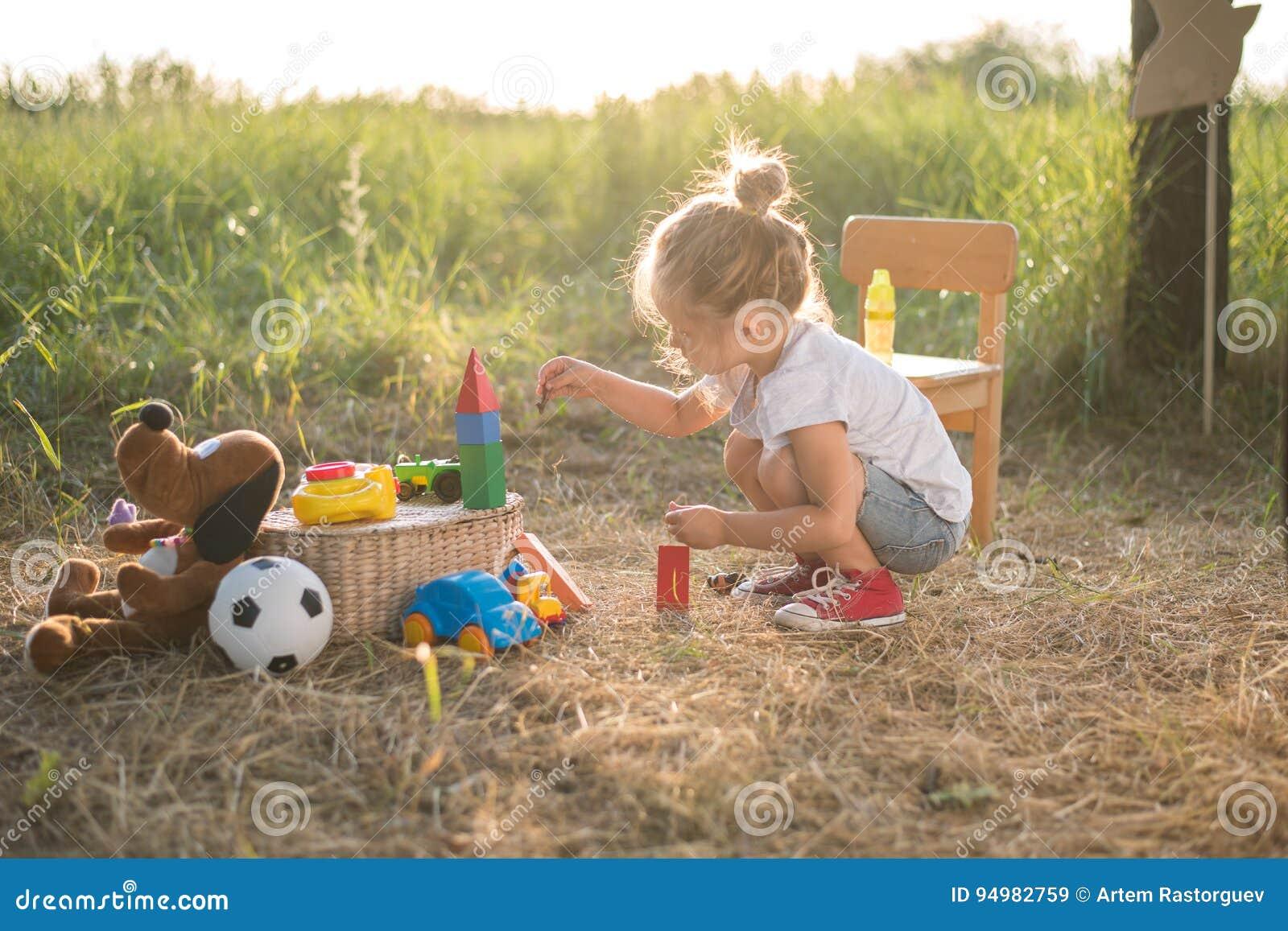 Dziewczyna bawić się berbeć zabawki