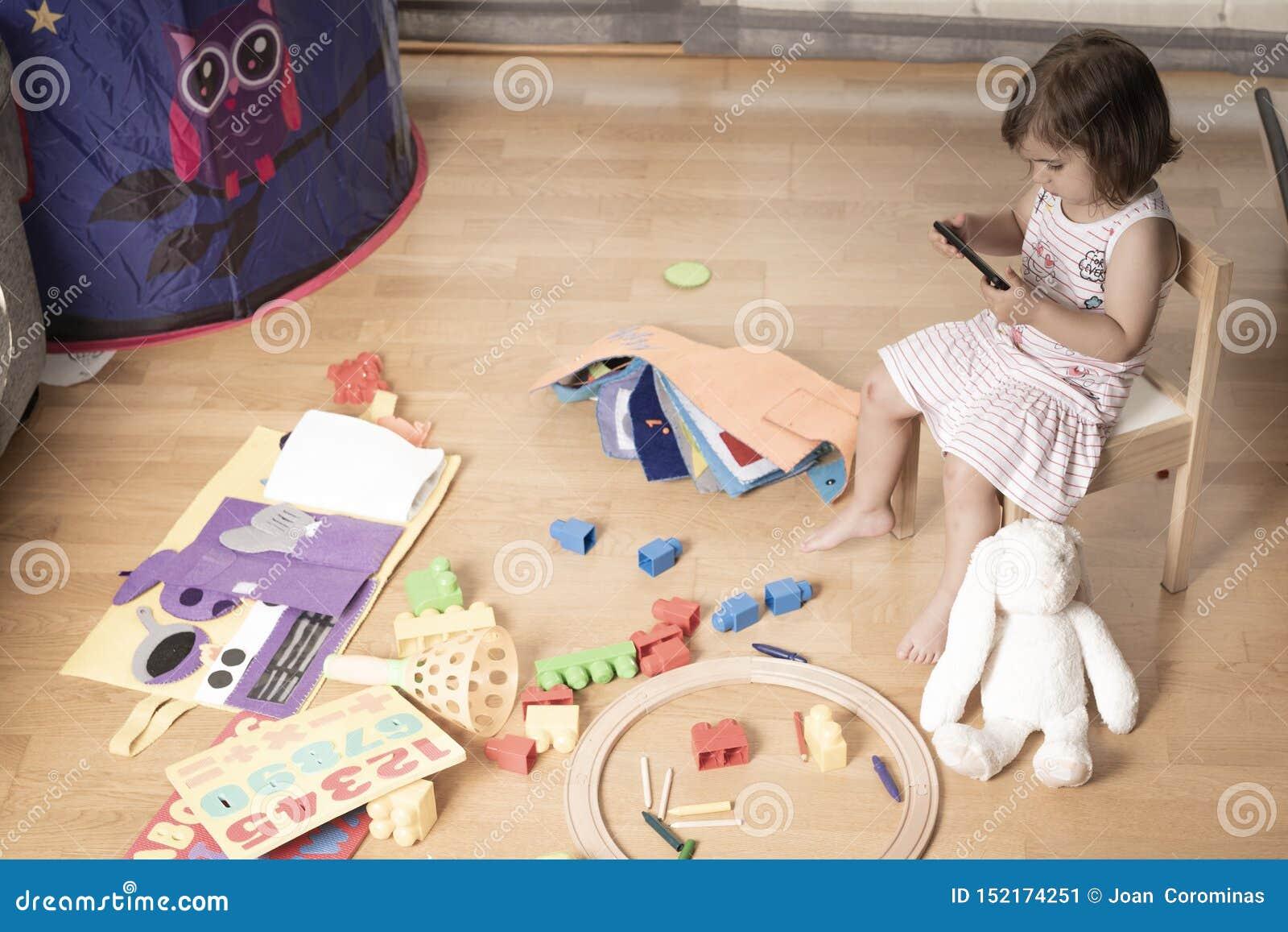 Dziewczyna Bawić się telefon komórkowego Dziewczyna Haczy telefon komórkowy No bawić się z zabawkami Telefon komórkowy jest zły d