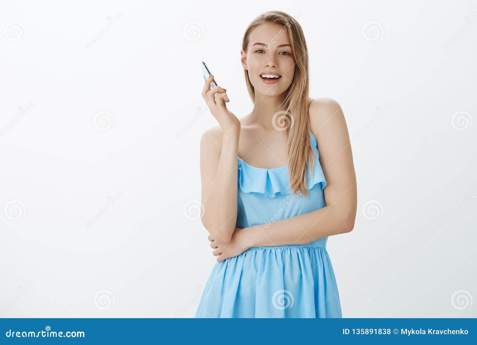 Dziewczyna bierze oddalonego smartphone jako seing przyjaciel w tłumu, przerywa rozmowę przez telefonu komórkowego gawędzić ono u