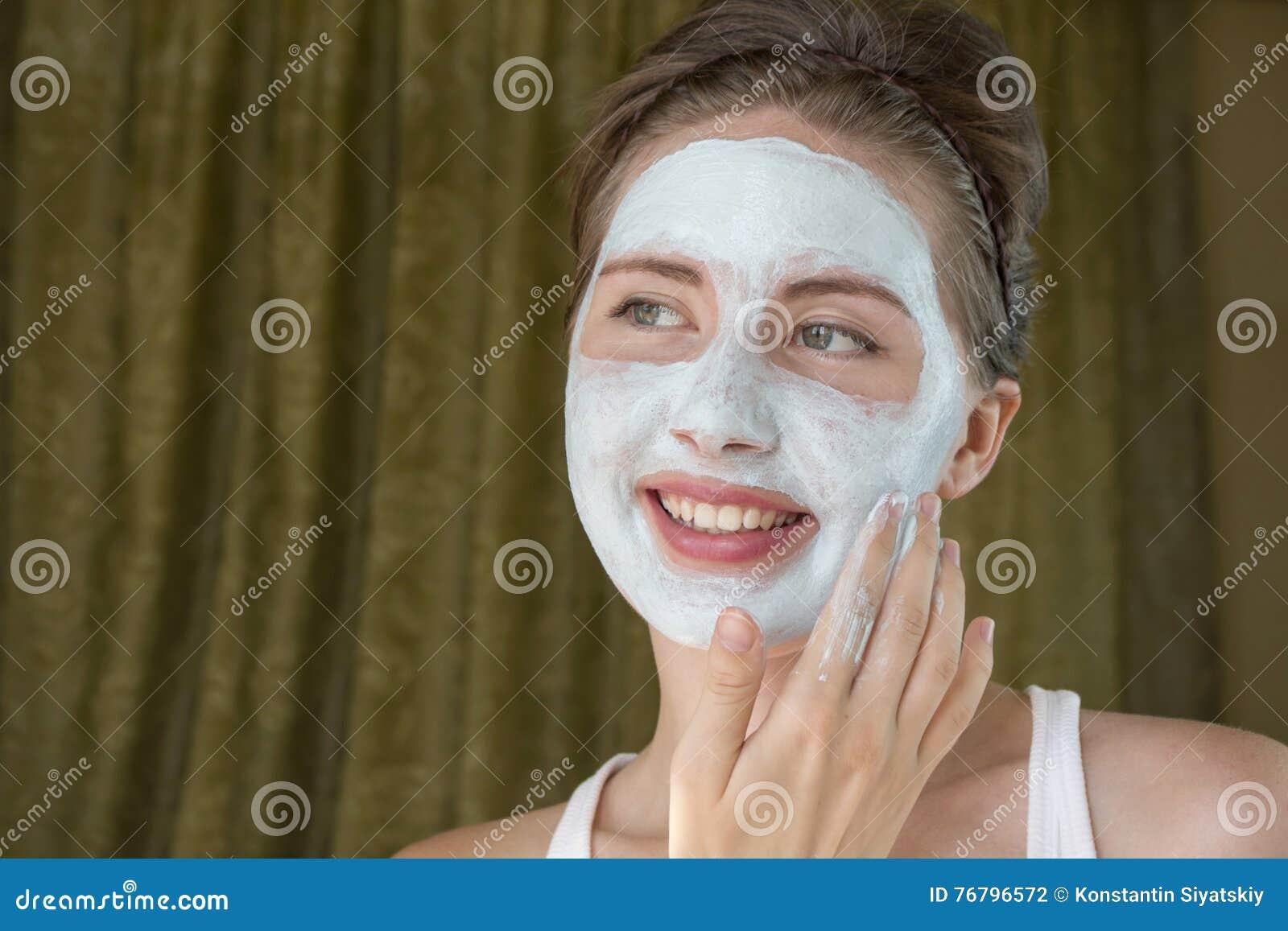 Dziewczyna bierze opiekę jej cera ablegruje moisturizer