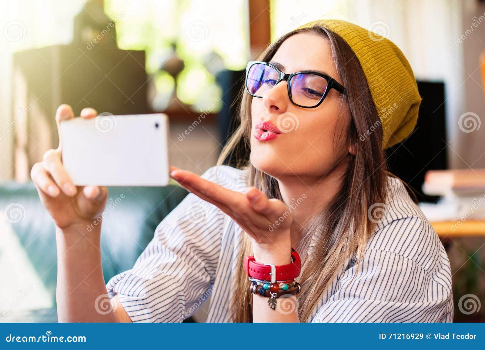 Dziewczyna bierze selfie i wysyła lotniczego buziaka