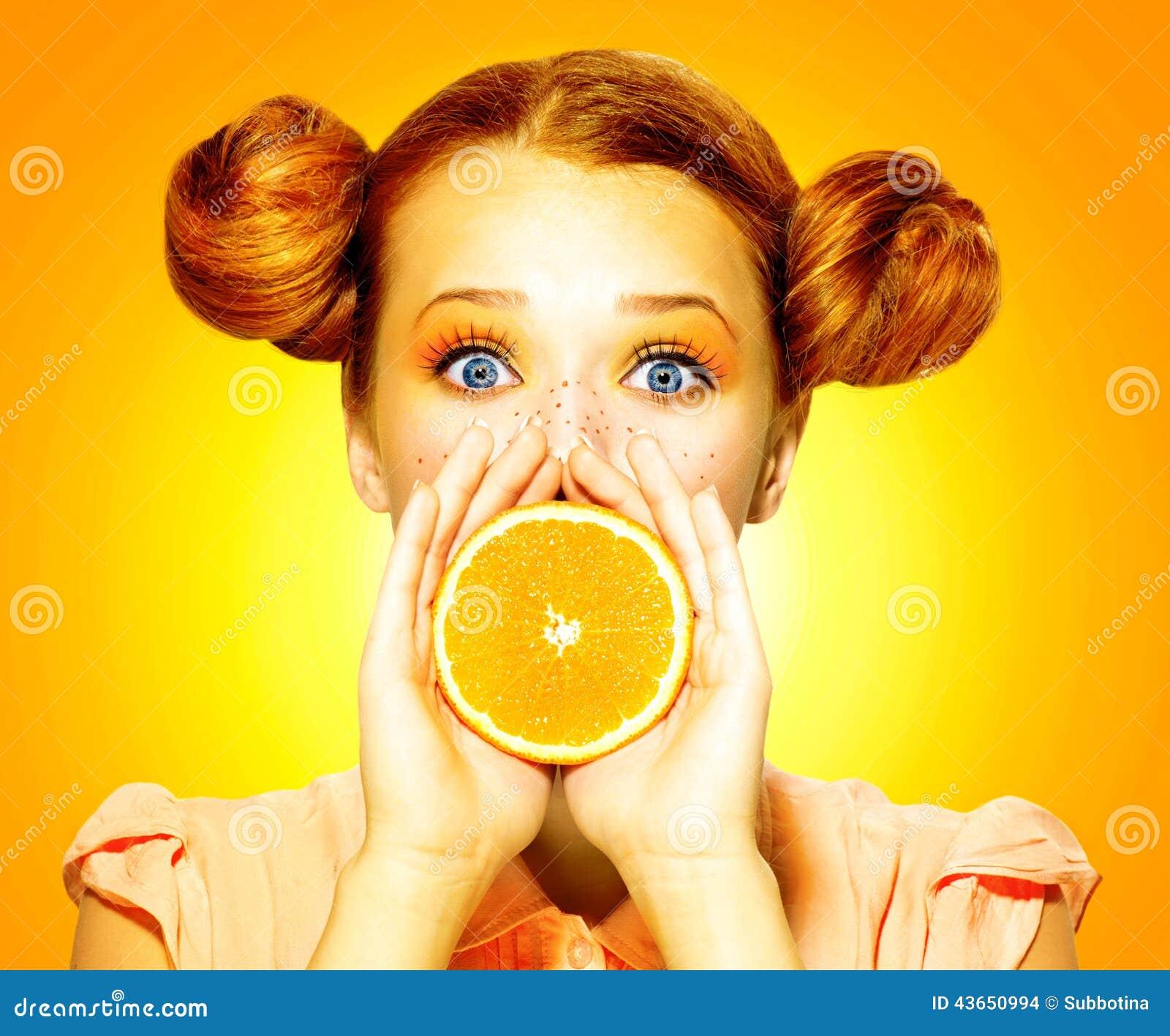 Dziewczyna bierze soczystej pomarańcze