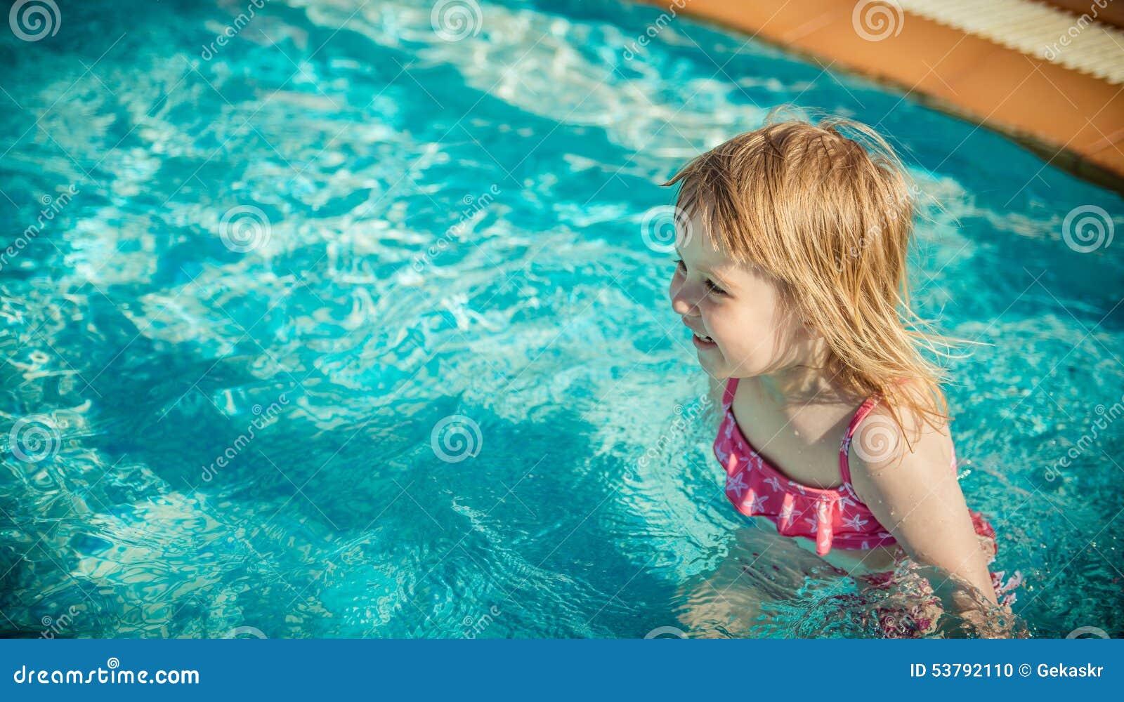 Dziewczyna blisko basenu
