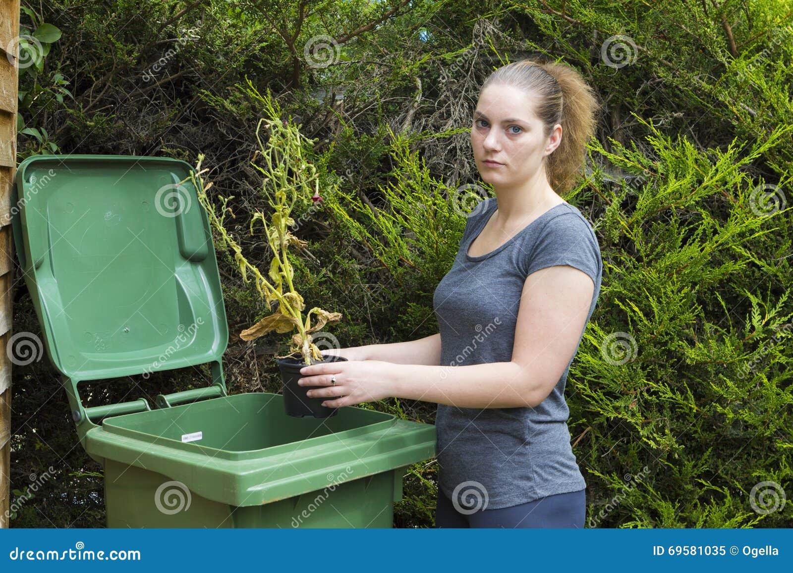 Dziewczyna blisko zbiornika dla ogródu odpady
