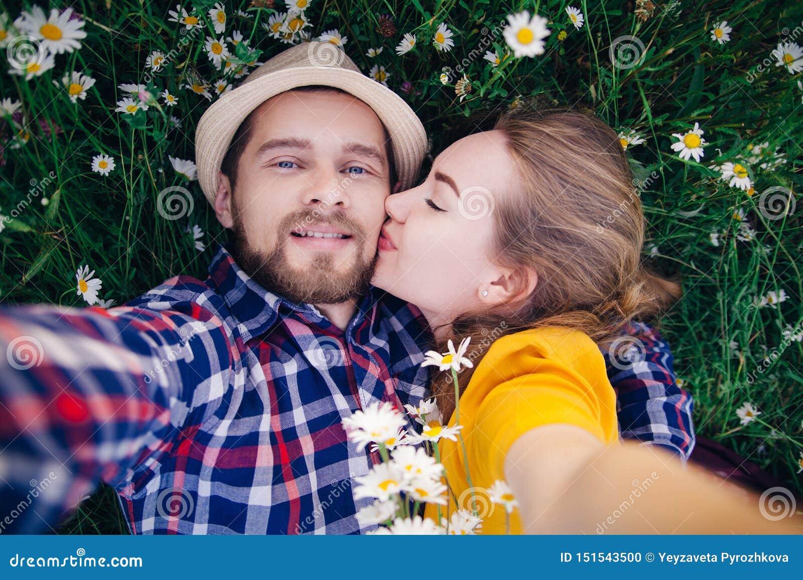Dziewczyna całuje faceta w polu