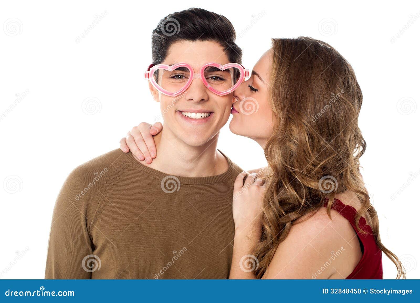 Dziewczyna Całuje Jej Chłopaka Zdjęcie Stock Obraz