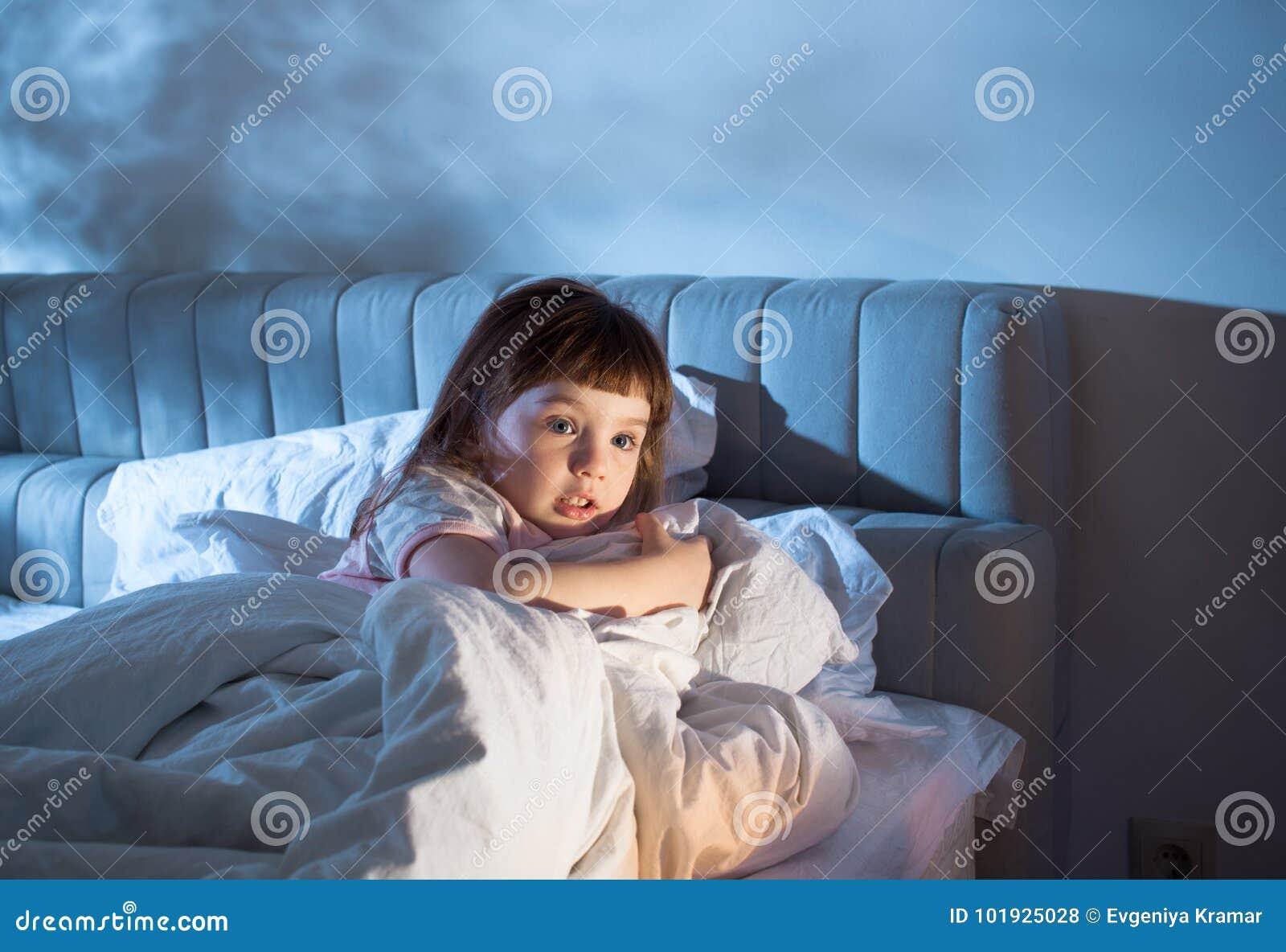 Dziewczyna czuje strach podczas gdy kłamający w łóżku