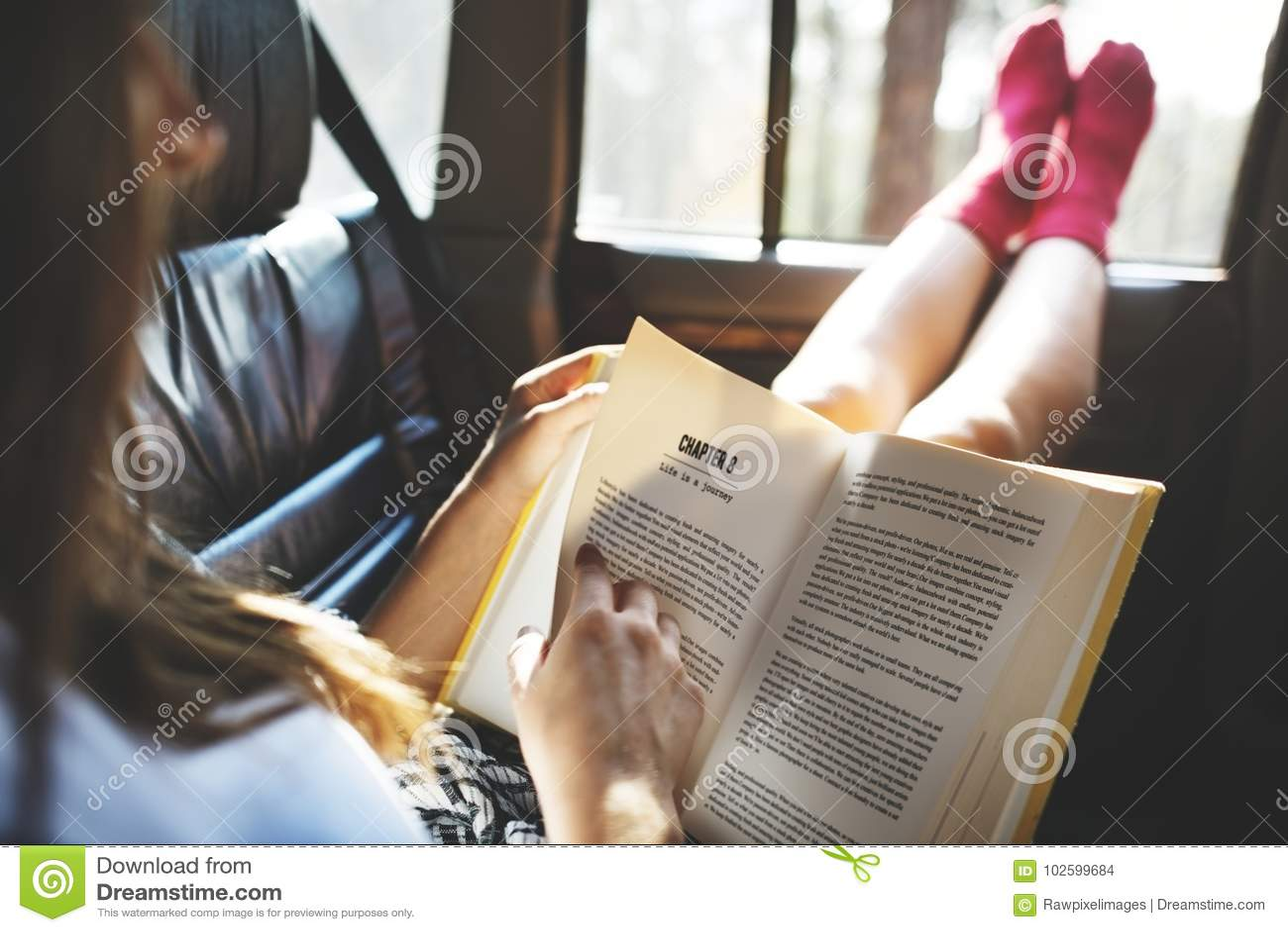 Dziewczyna czyta książkę w samochodzie