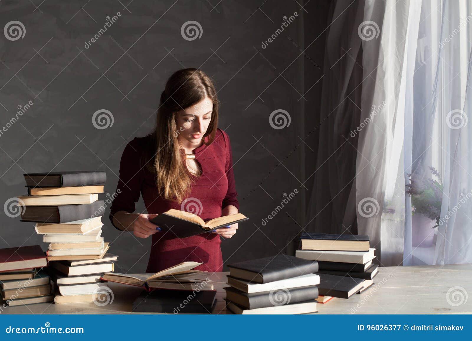 Dziewczyna czyta mnóstwo książki w domu
