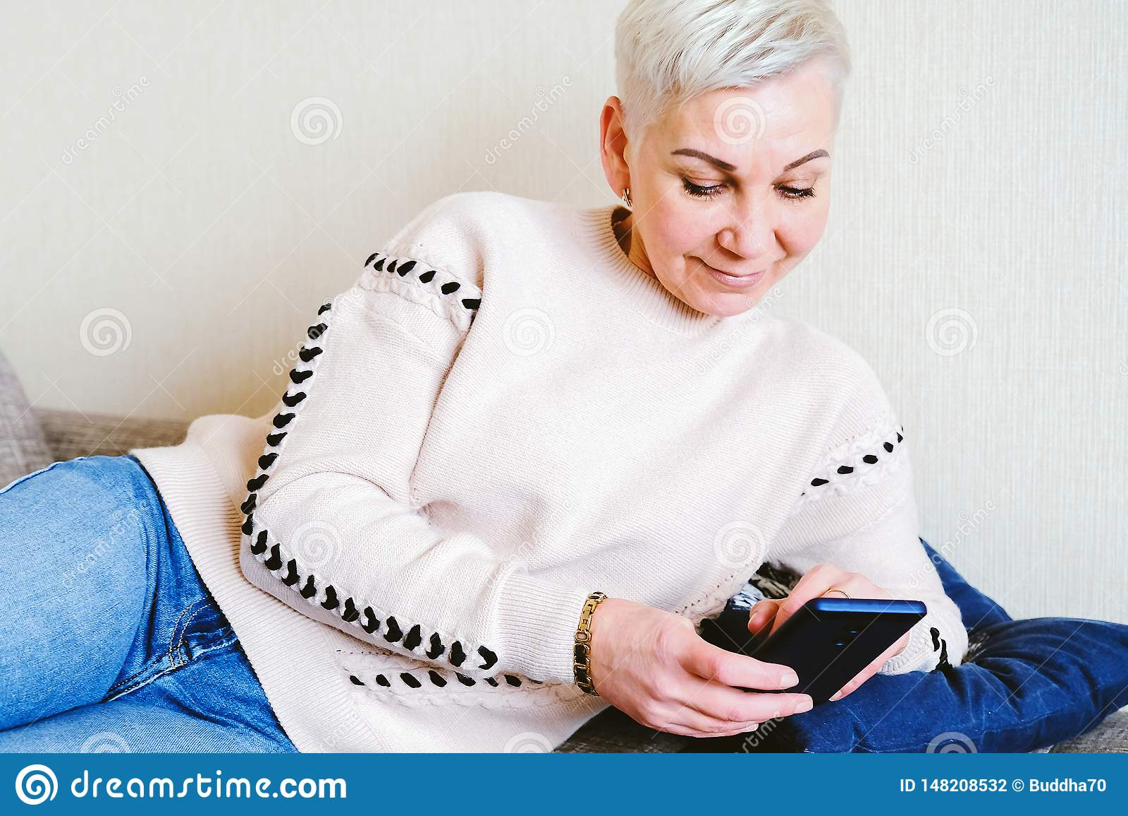 Dziewczyna czyta SMS w smartphone Emocja radosna niespodzianka Kobiety zwieraj? ostrzy?enie Modny elegancki profil z