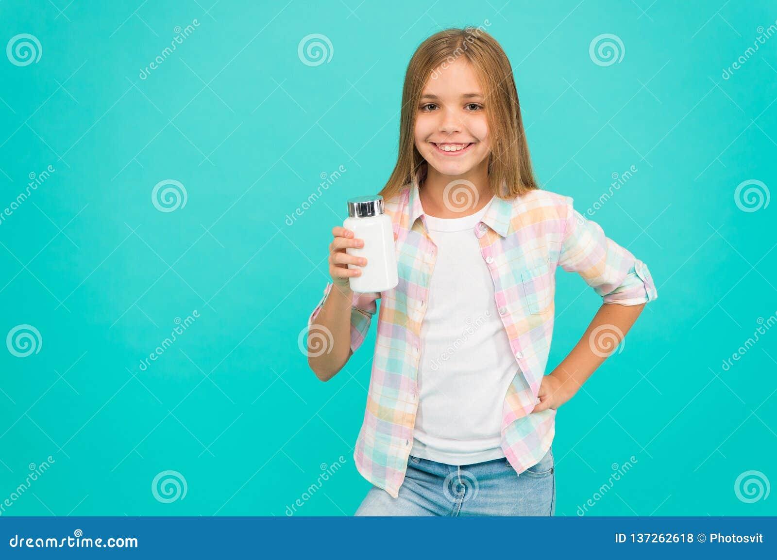 Dziewczyna długie włosy chwyta plastikowa butelka z medycyny kopii przestrzenią Dodaje witaminę twój komiśniak Potrzeby witaminy