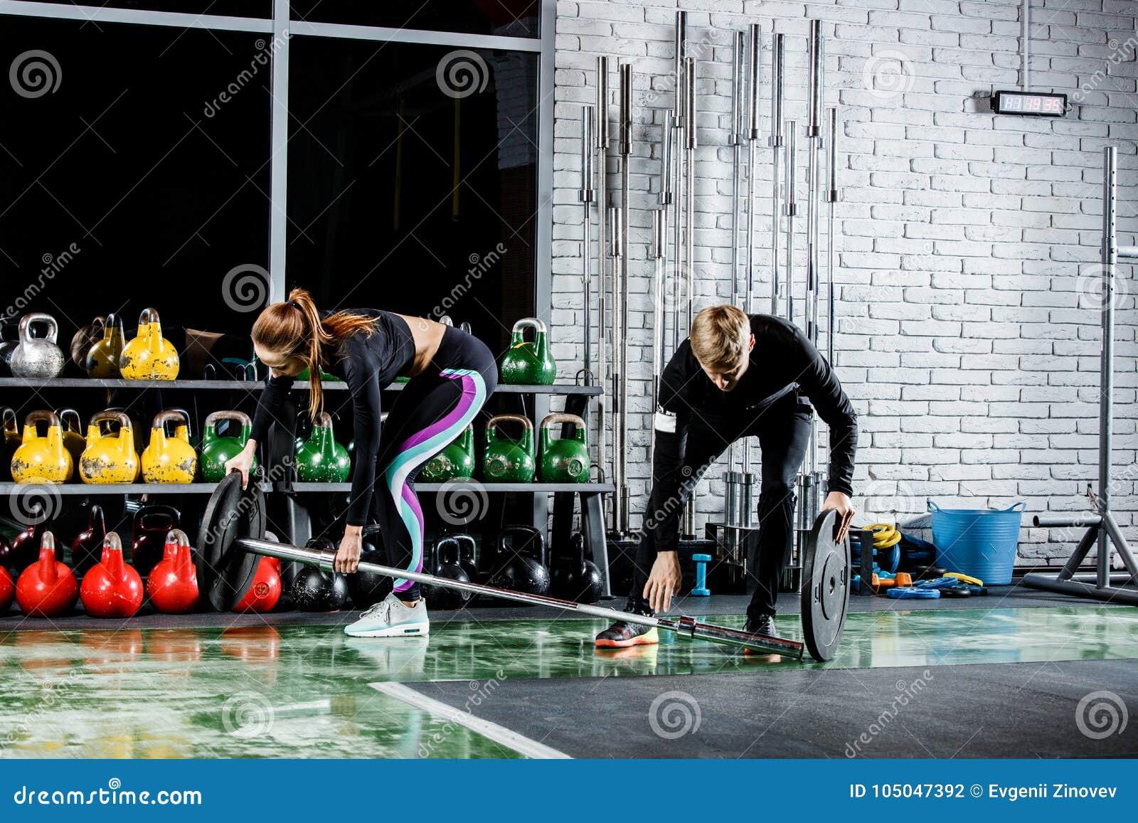 Dziewczyna dostaje przygotowywającą dla ćwiczenia z trenerem