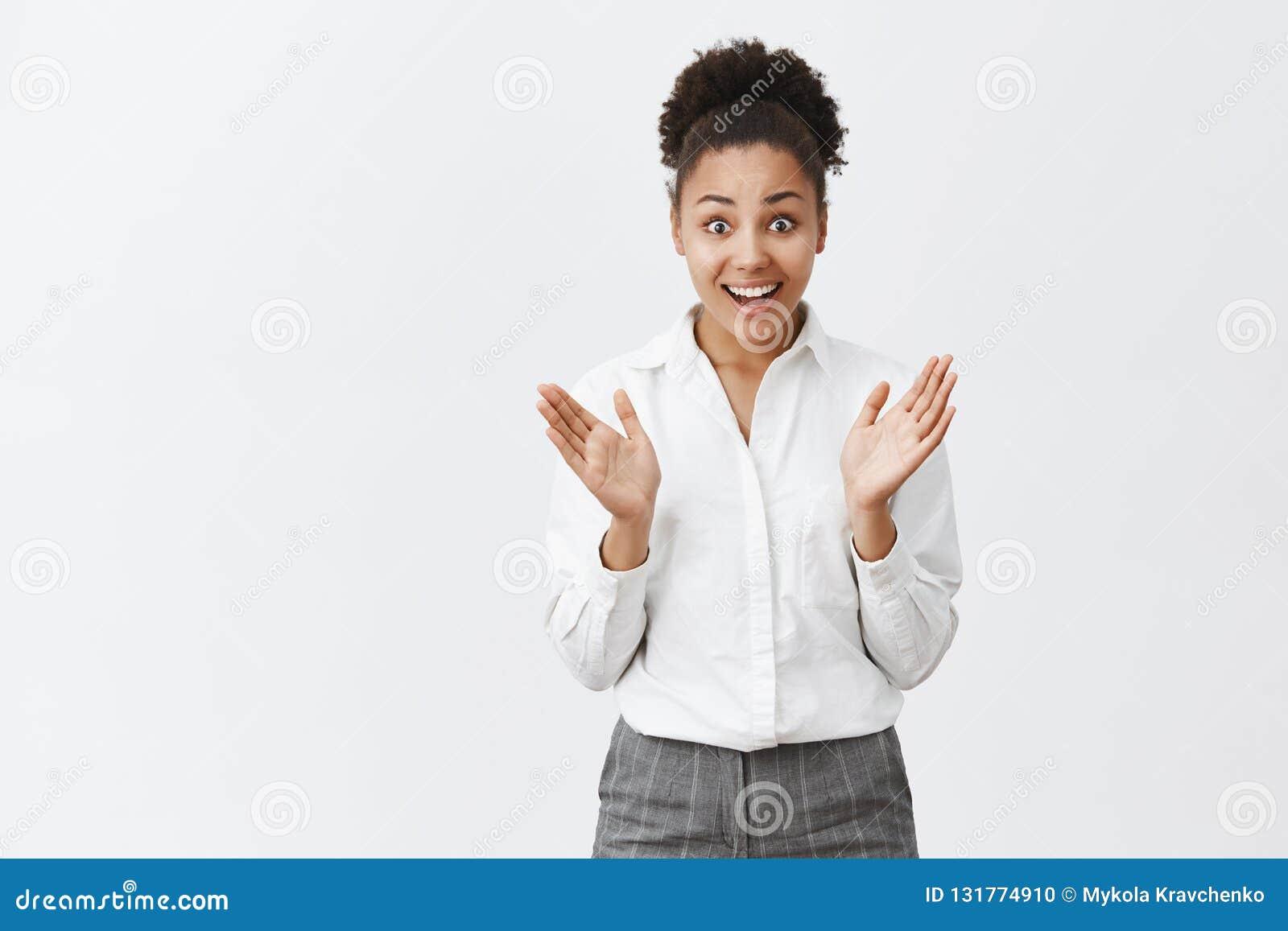 Dziewczyna ekscytuje wyjaśniający wielką wiadomość coworker, opowiadać śmieszę i z podnieceniem, gestykulujący z palmami Radosny