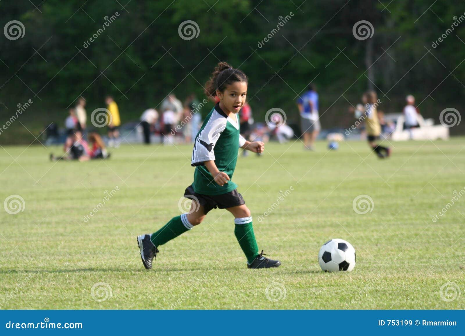 Dziewczyna grają jaj nożnych young